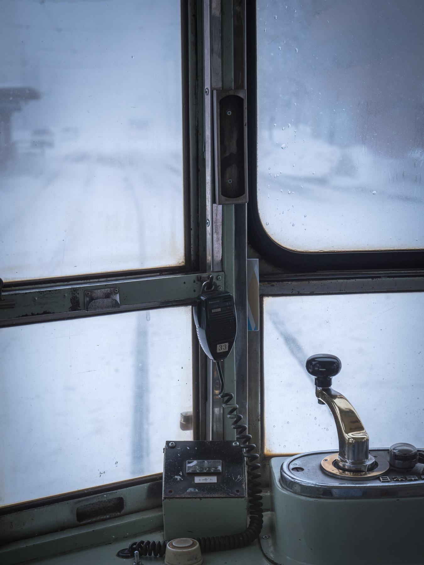 函館市電700形の運転台越しの冬
