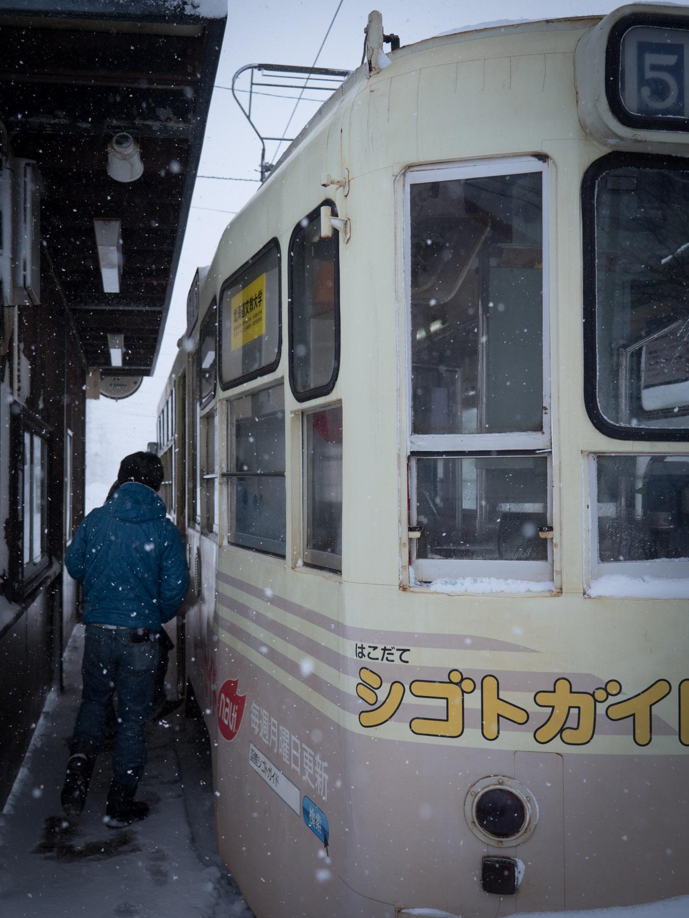 小雪舞う十字街電停 DMC-GX8 + LEICA DG 12-60mm