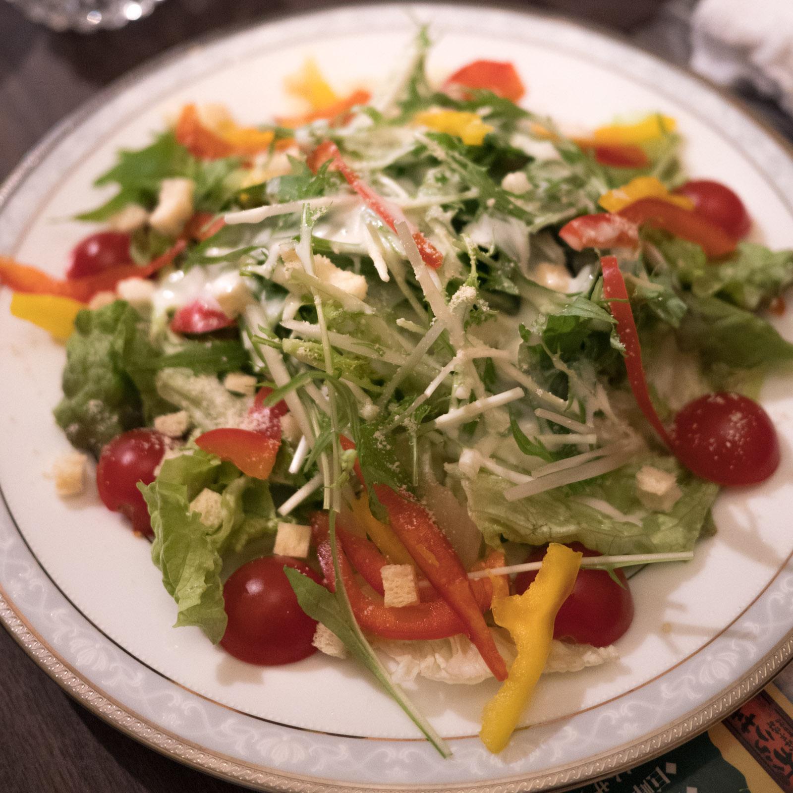 函館「牡蠣人(かきんちゅ)」宴会コースの野菜サラダ(シーザーサラダ)