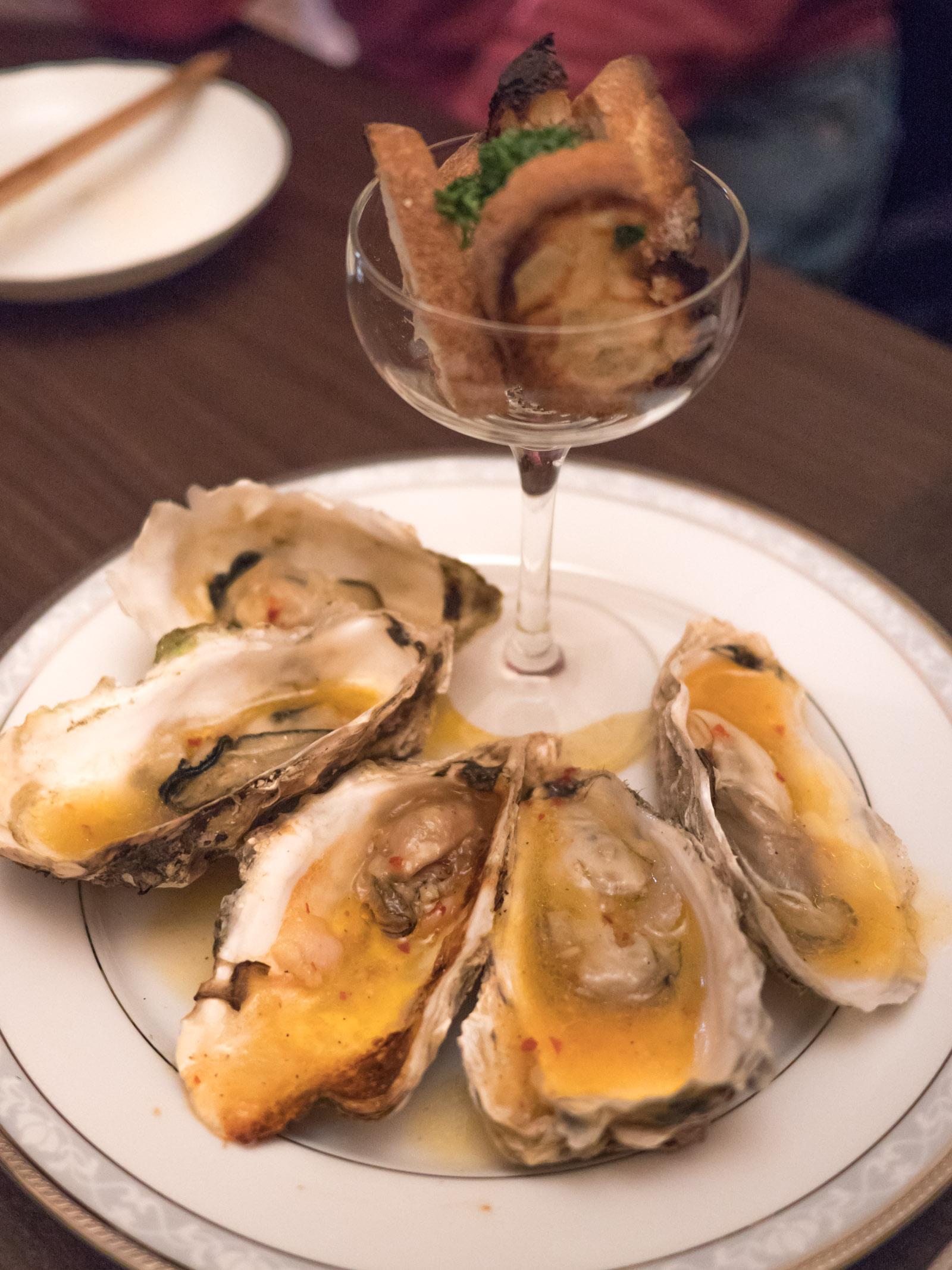 函館「牡蠣人(かきんちゅ)」宴会コースの3の皿 牡蠣のアヒージョ