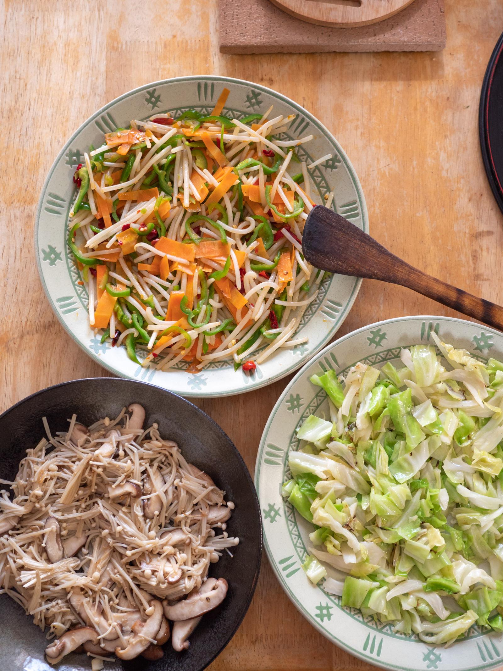 作りおきの惣菜3種(もやし炒め、お花見キャベツ、椎茸とエノキの炒めもの)