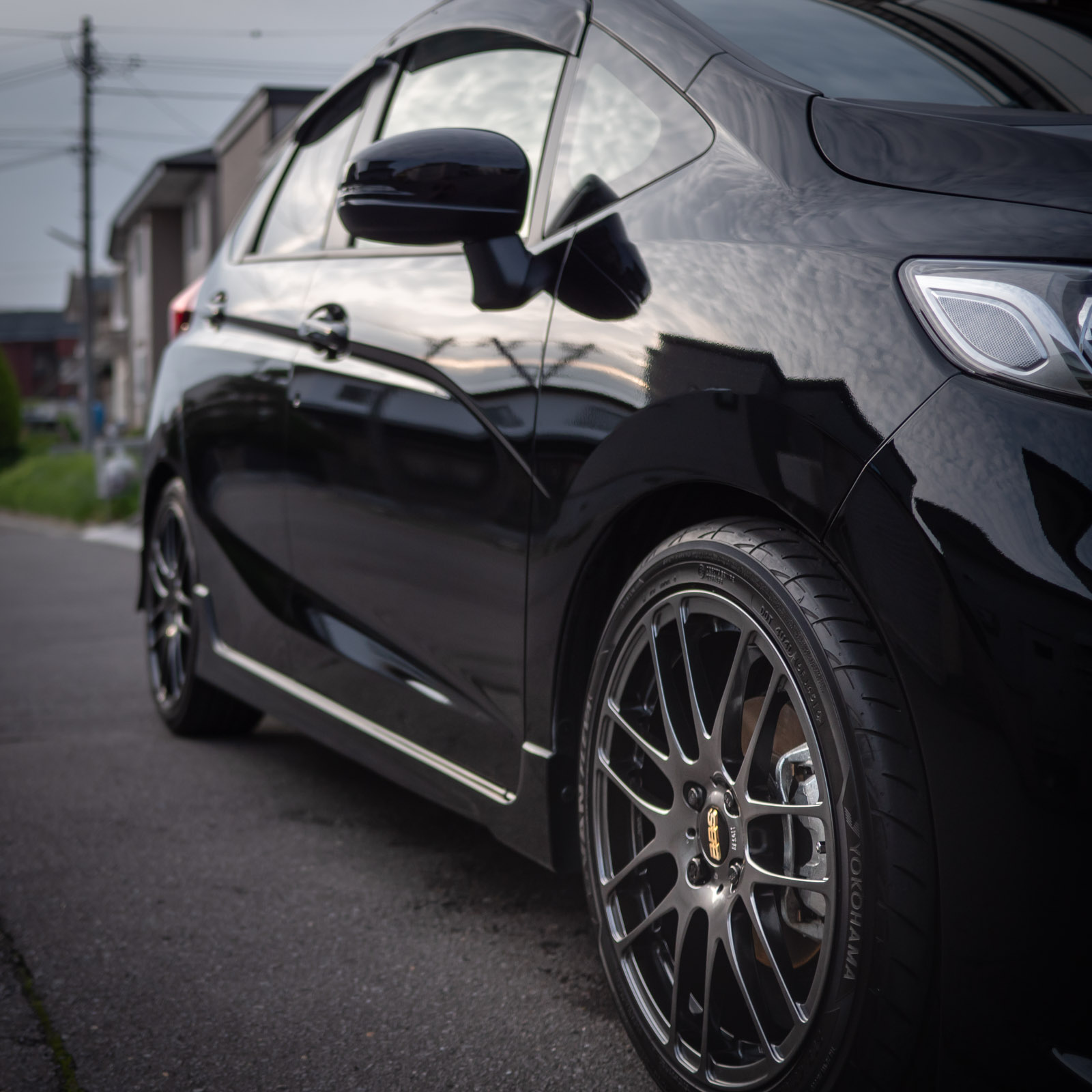 車:黒のFIT RS(DBA-GK5)+アルミホイール:BBS RE-L2(DB)17インチ+タイヤ:アドバンフレバ