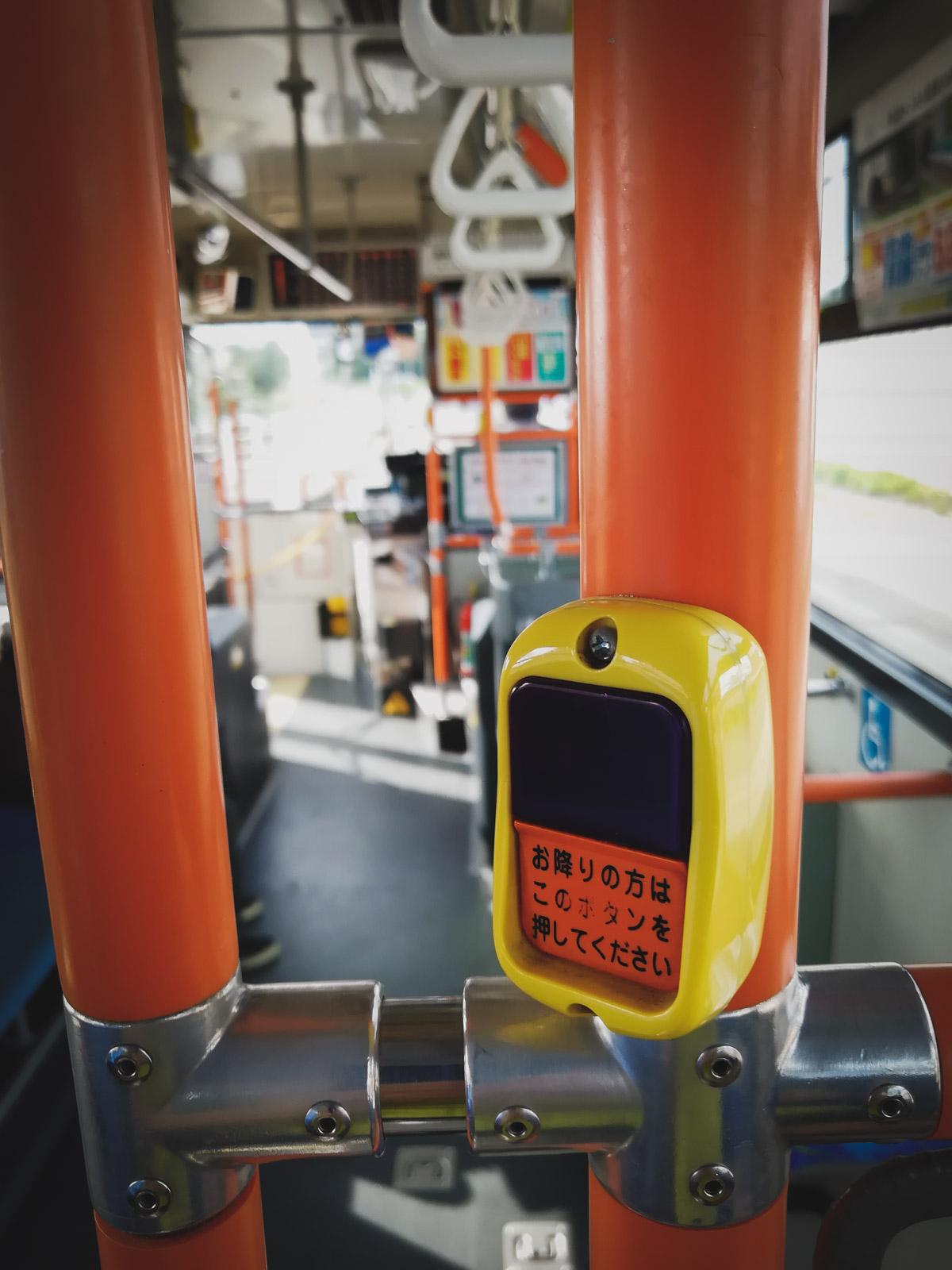 函館バス130系統の車内 降車ボタンのアップ 撮影:HWV31