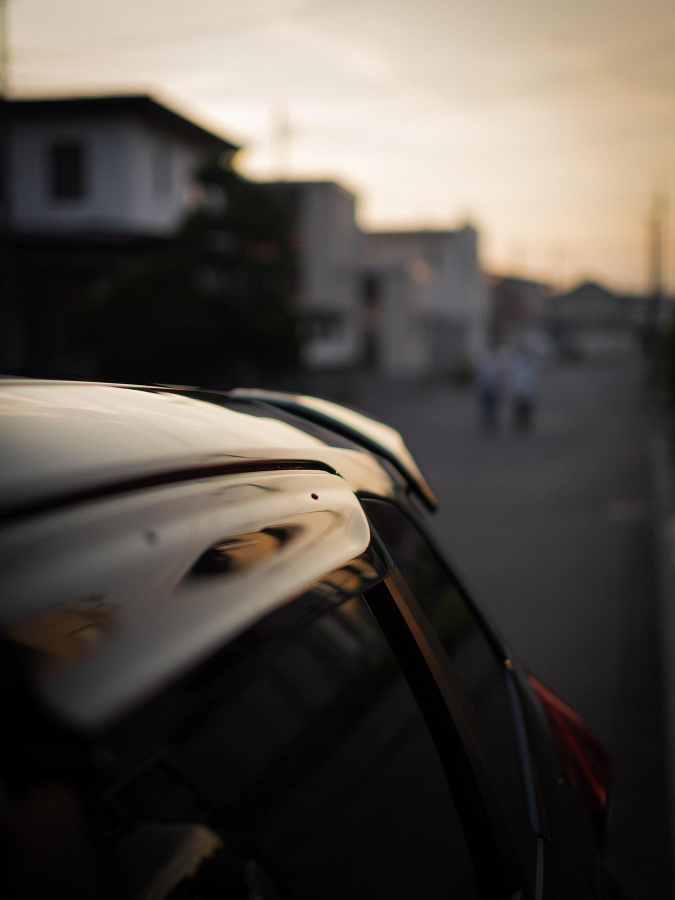 車のルーフに映る夕暮れのシルエット