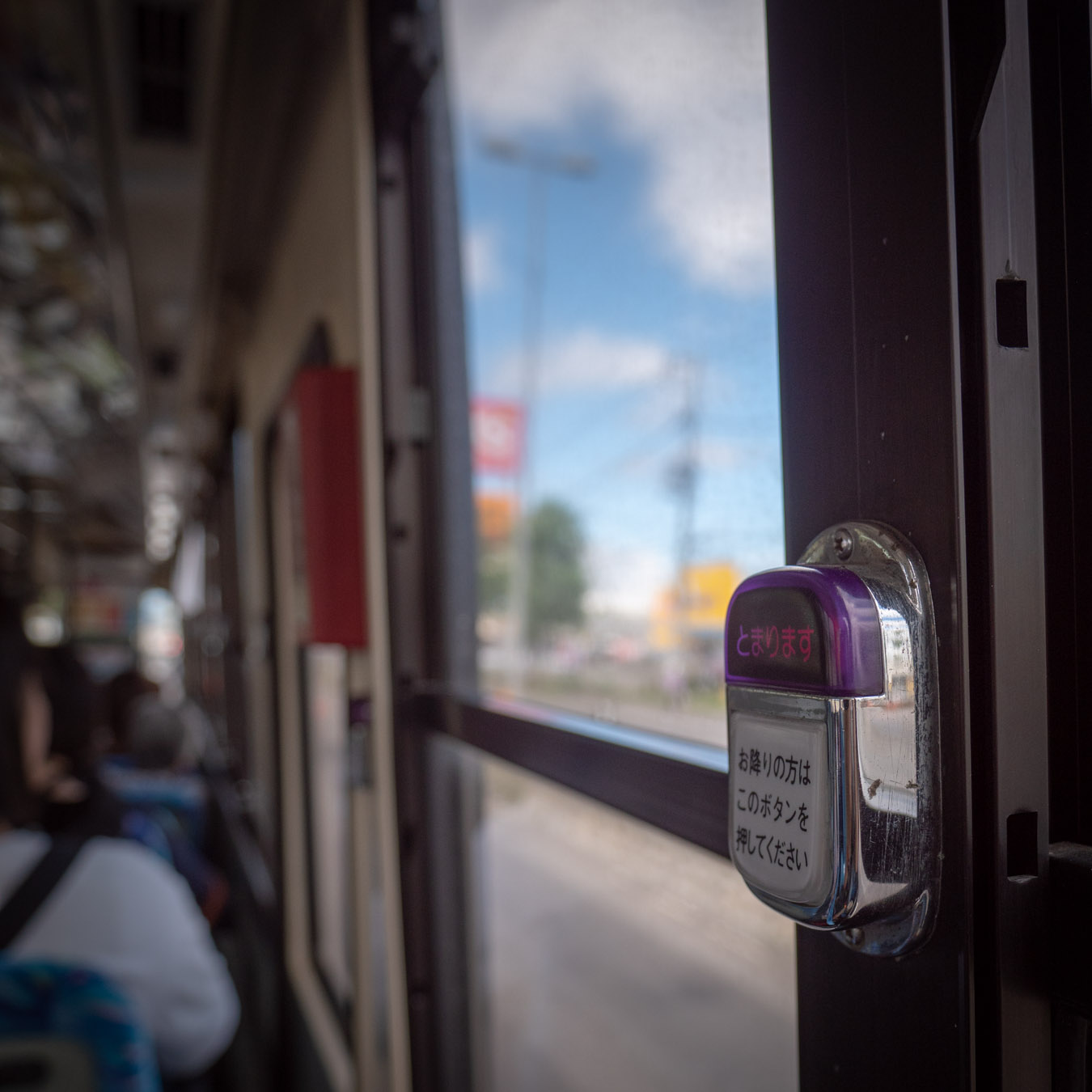 バスの降車ボタンと車窓