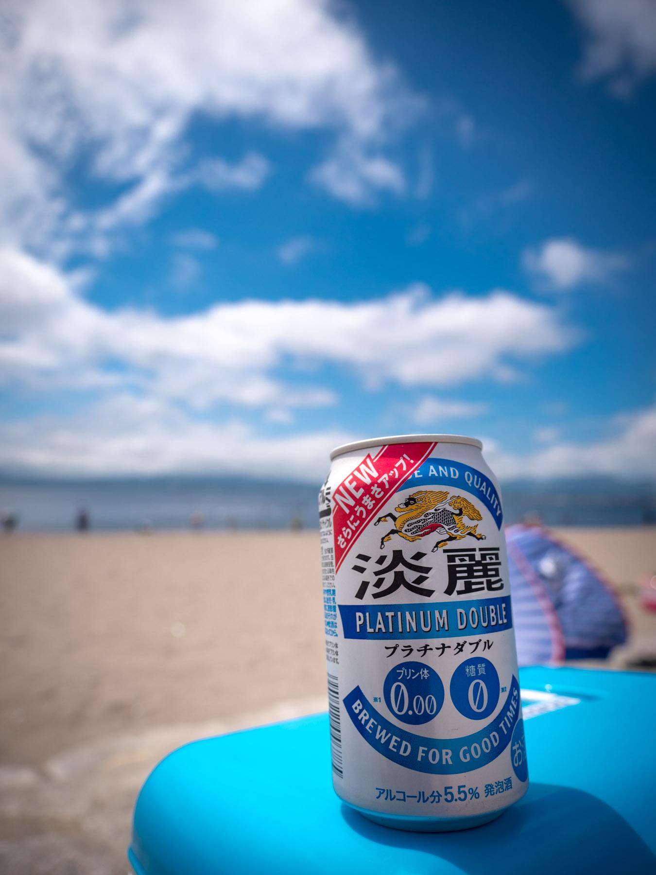 夏の陽差しとよく冷えた缶ビールと青空の浜辺