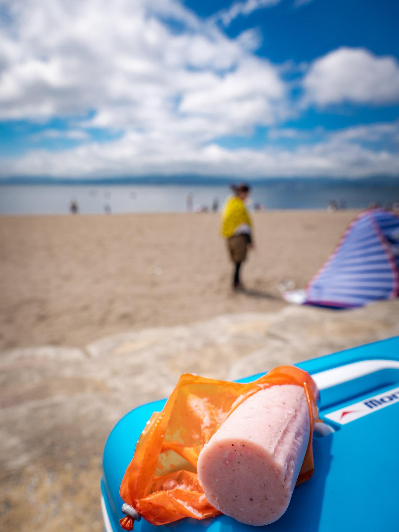 夏空の浜辺の「BIGあらびきソーセージ」という名の魚肉ソーセージ
