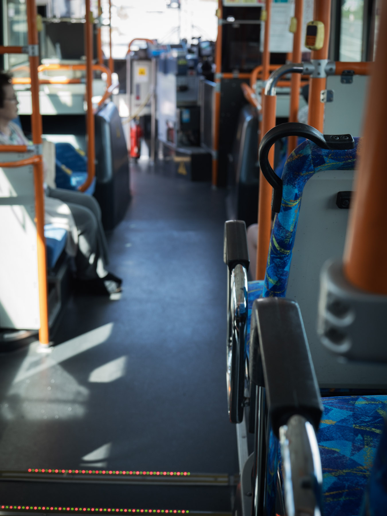 亀田支所前から自宅に向かうバスの後部座席から見た車内