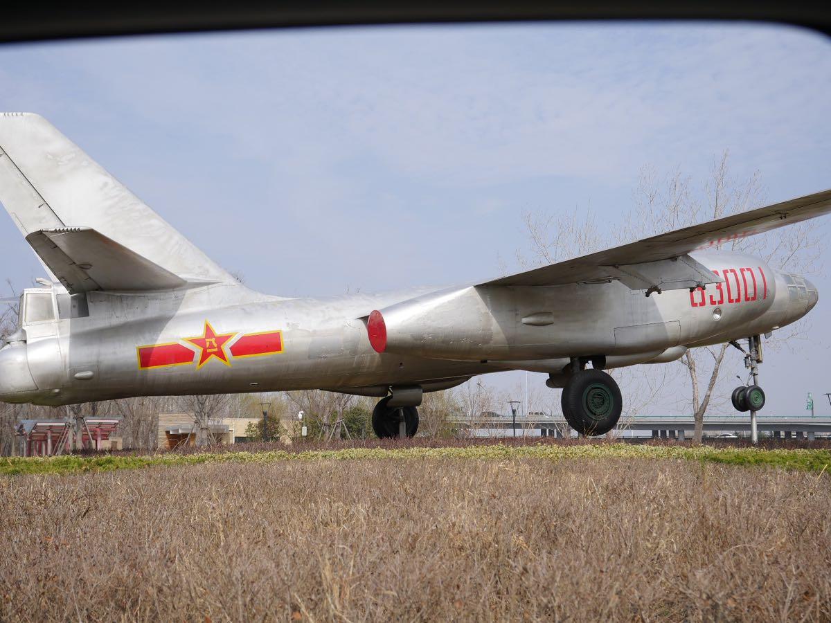 空港近くに展示されたイリューシン28 DMC-GX8 + LEICA DG 12-60mm