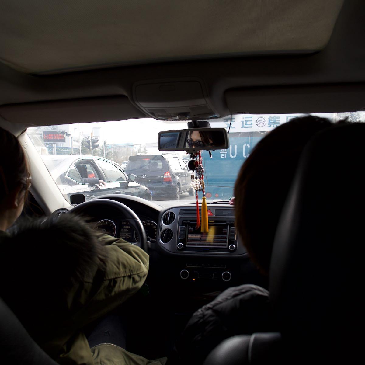 友人の車でアパートへ向かう DMC-GX8 + LEICA DG 12-60mm