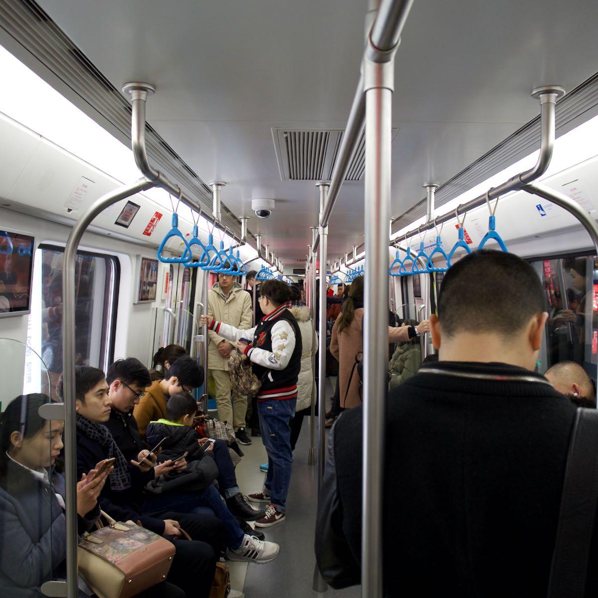 青島地下鉄3号線の車内 DMC-GX8 + LEICA DG 12-60mm
