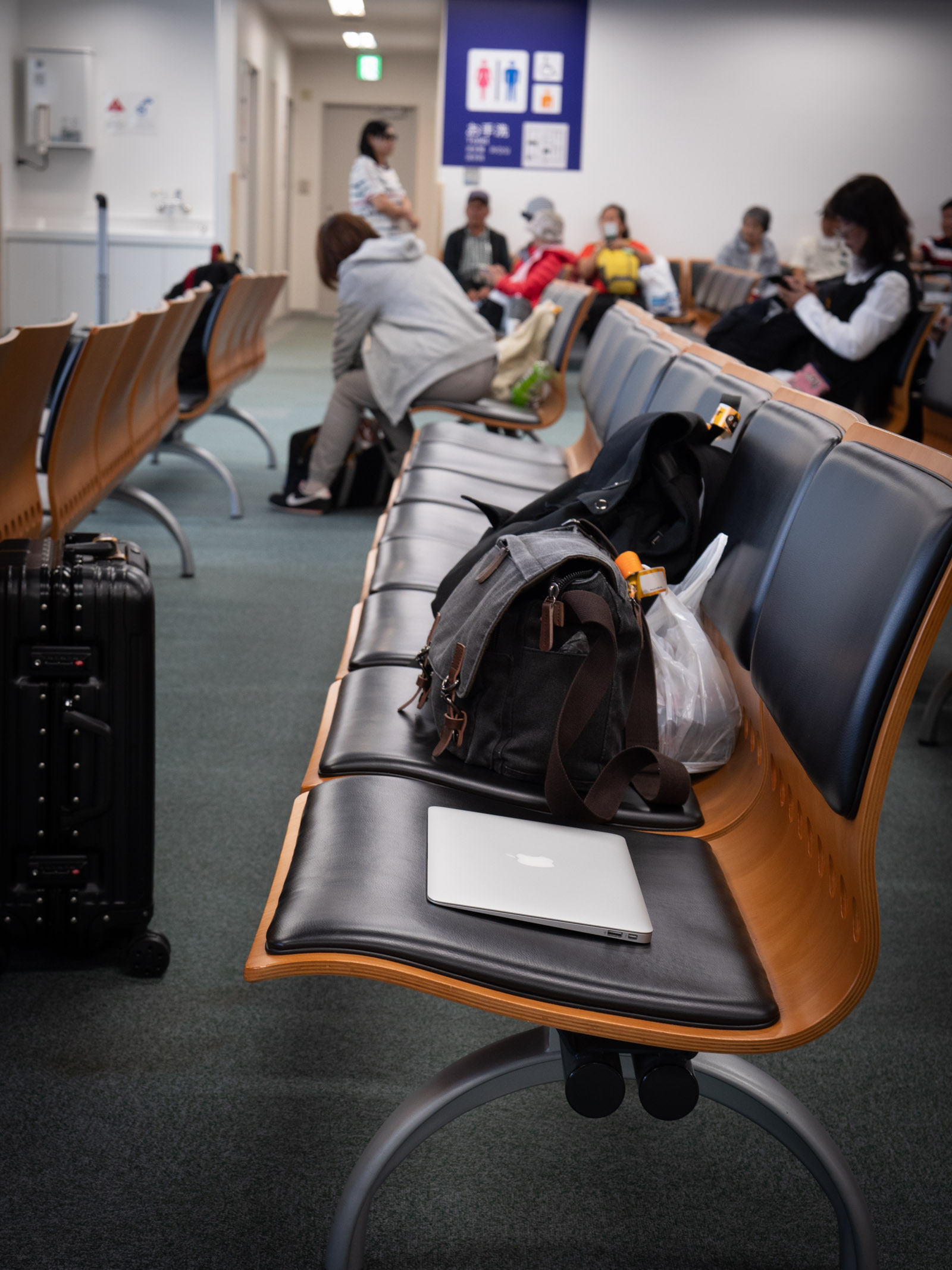 函館空港国際線出発ロビーでノートPCを開く