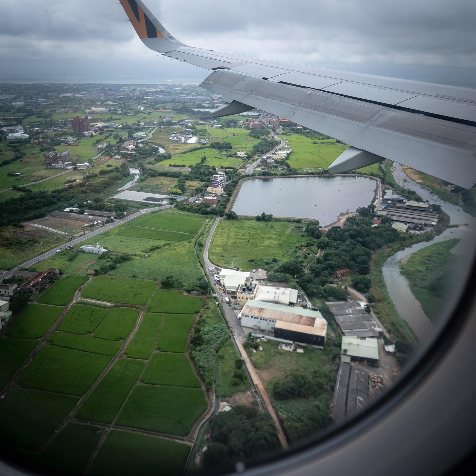 着陸寸前のタイガーエアー機から眺めた台北桃園空港付近の田園風景