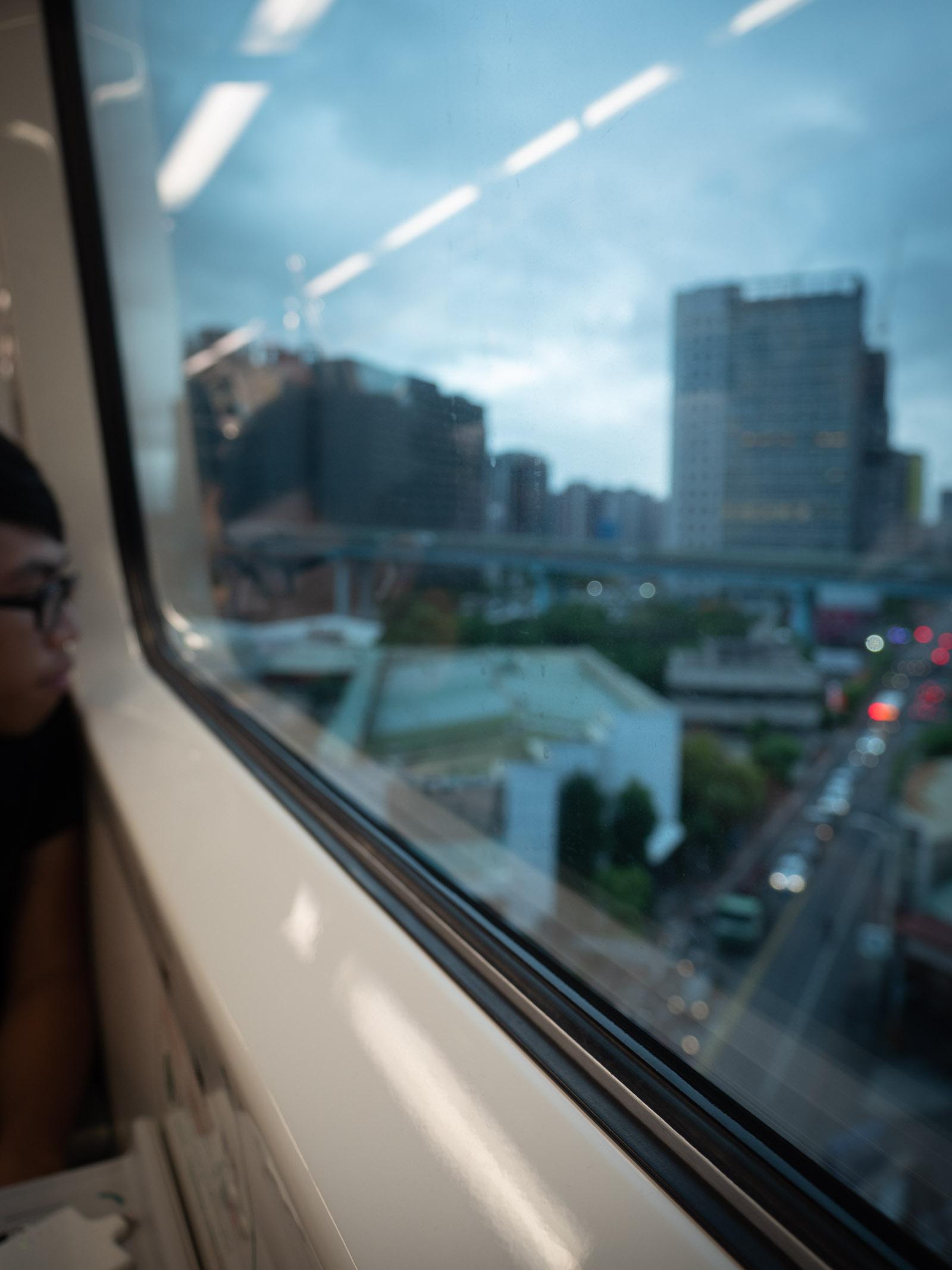 台湾桃園空港MRTの車窓と台北の町