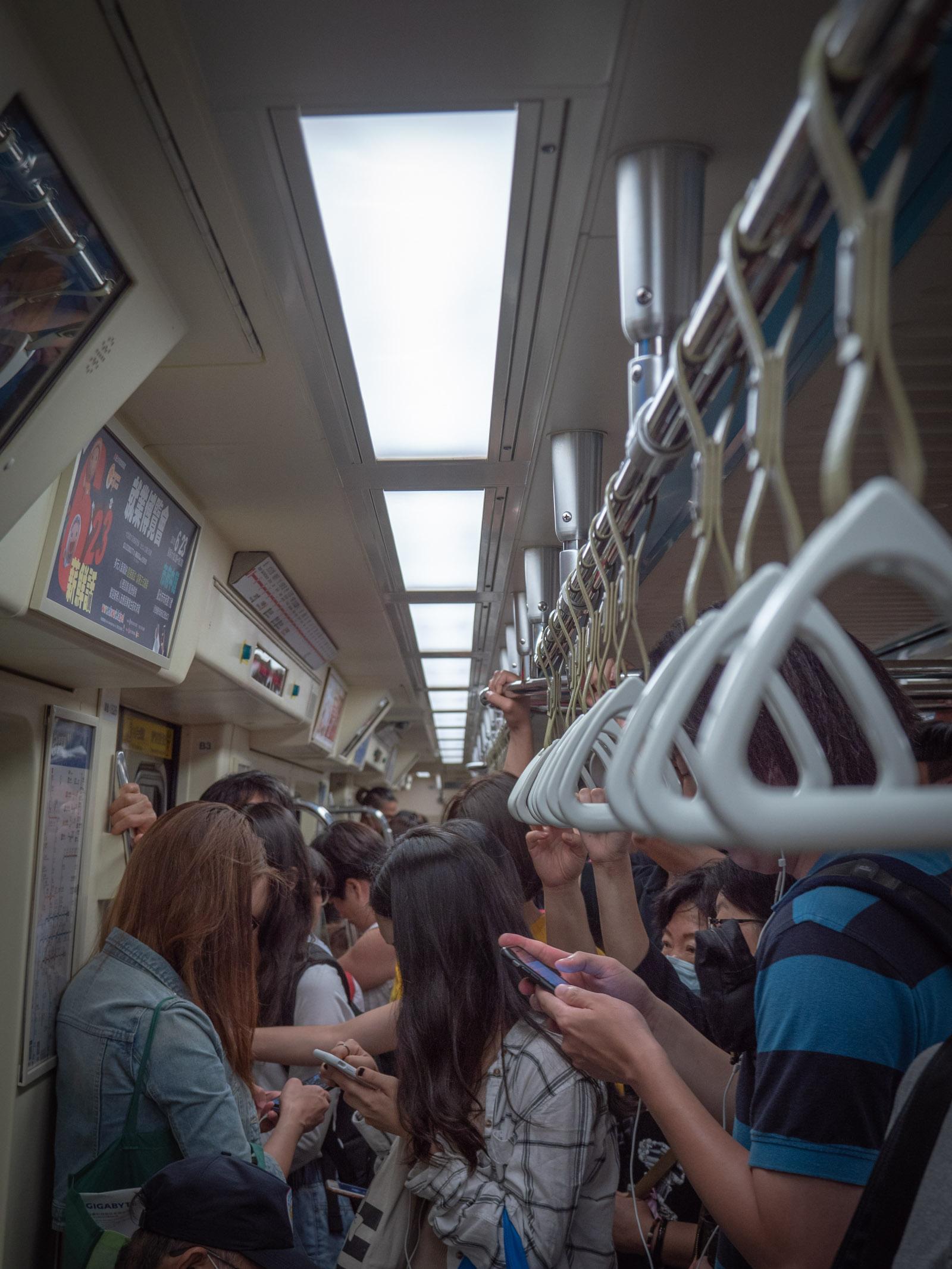 台北MRT 淡水信義線 ほぼ満員の車内
