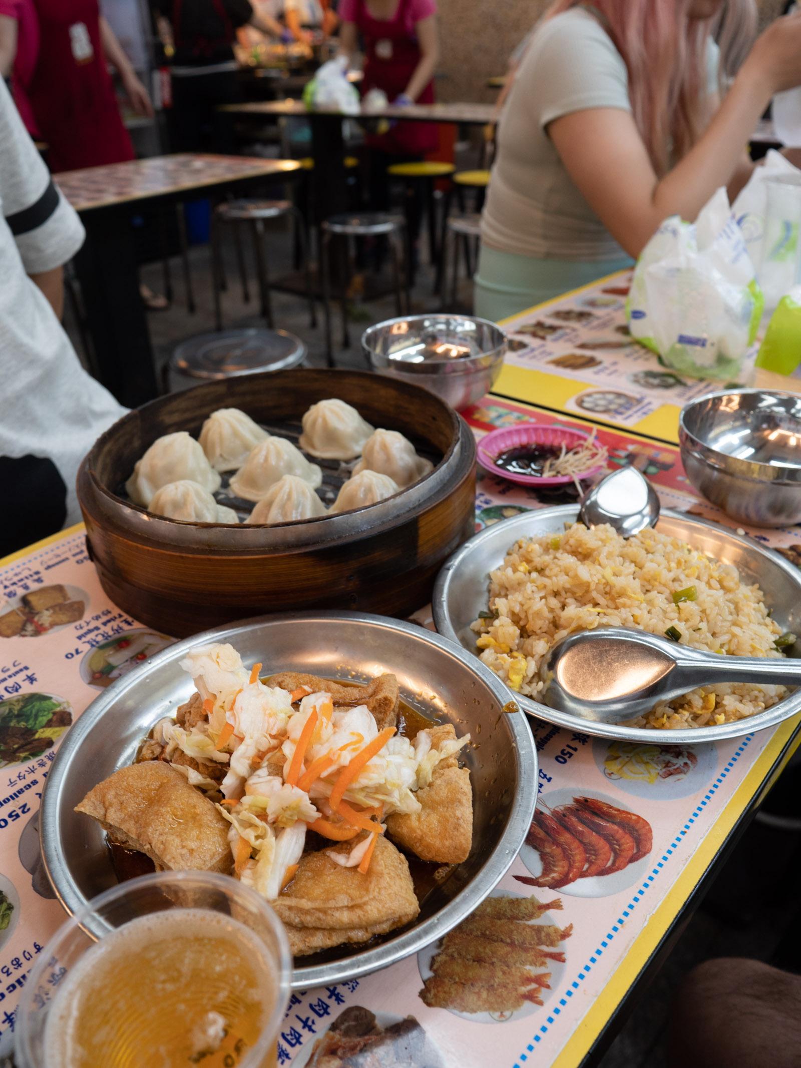 士林夜市地下フードコートの臭豆腐、小籠包、牡蠣オムレツ、炒飯