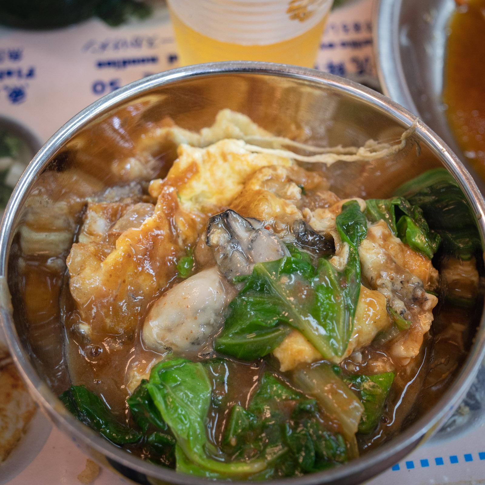 士林夜市地下フードコートの牡蠣オムレツ(牡蠣の玉子焼き)60元(220円)
