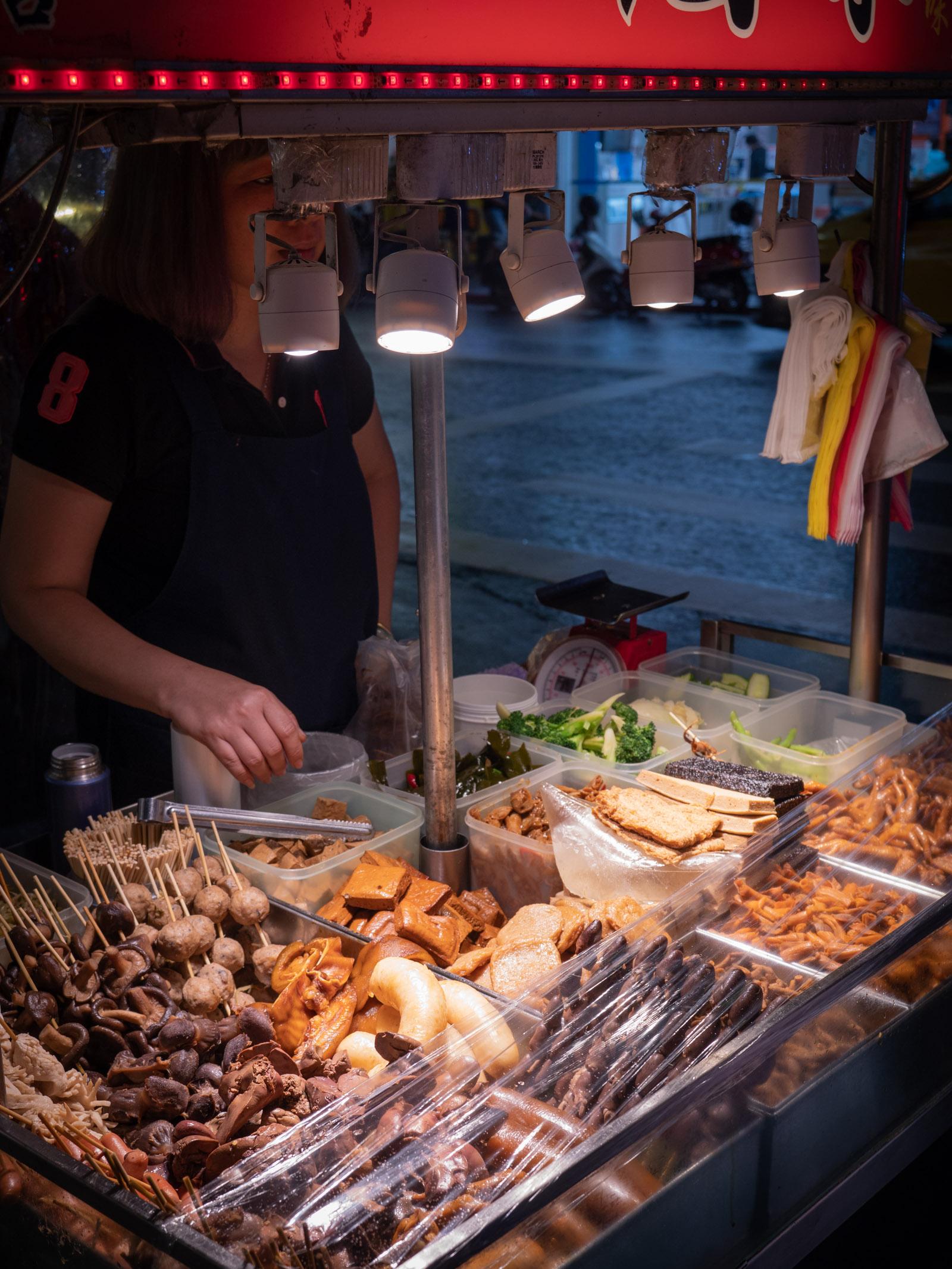 士林夜市の屋台 見慣れない食材が並ぶ