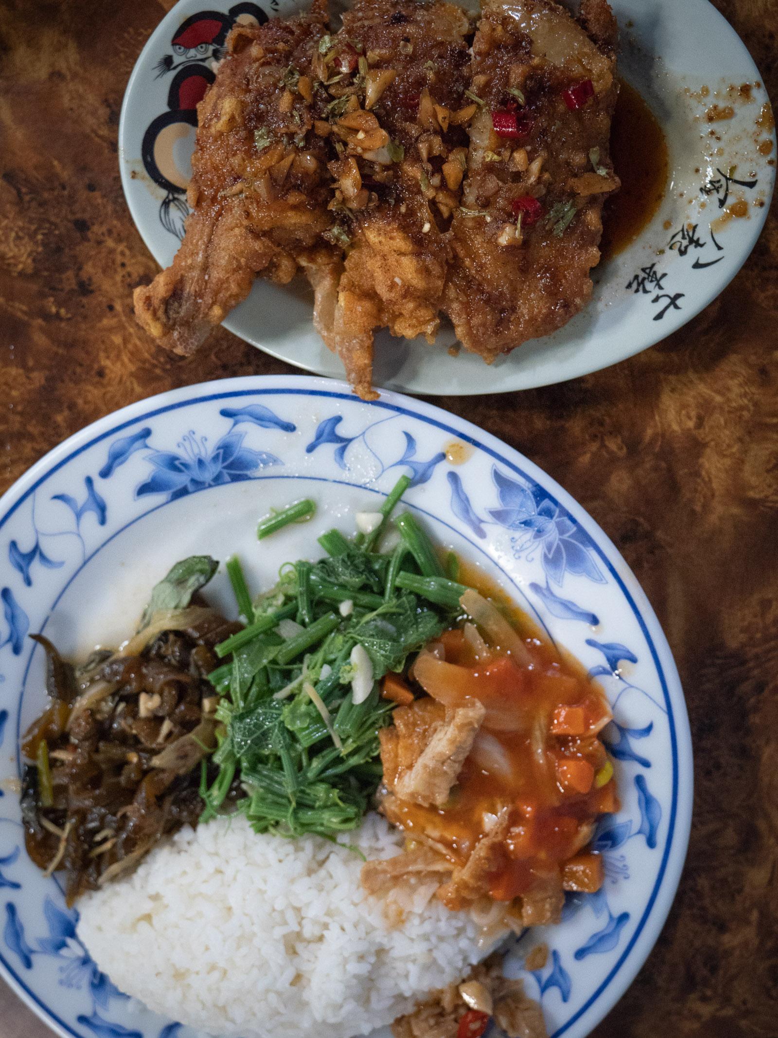 「69小館」の椒麻脆皮雞腿セット全景 ご飯+副菜、主菜の2皿