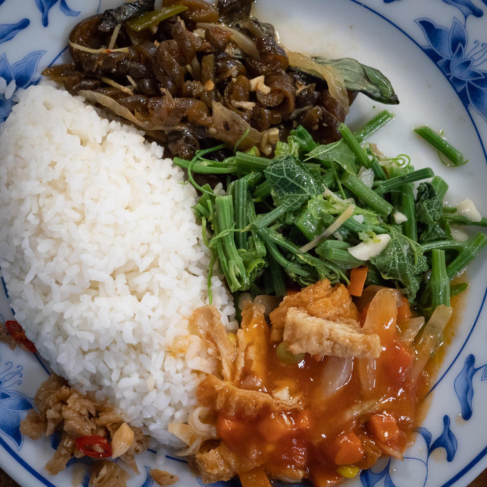 ワンプレートに盛られたご飯と付け合わせの副菜3品