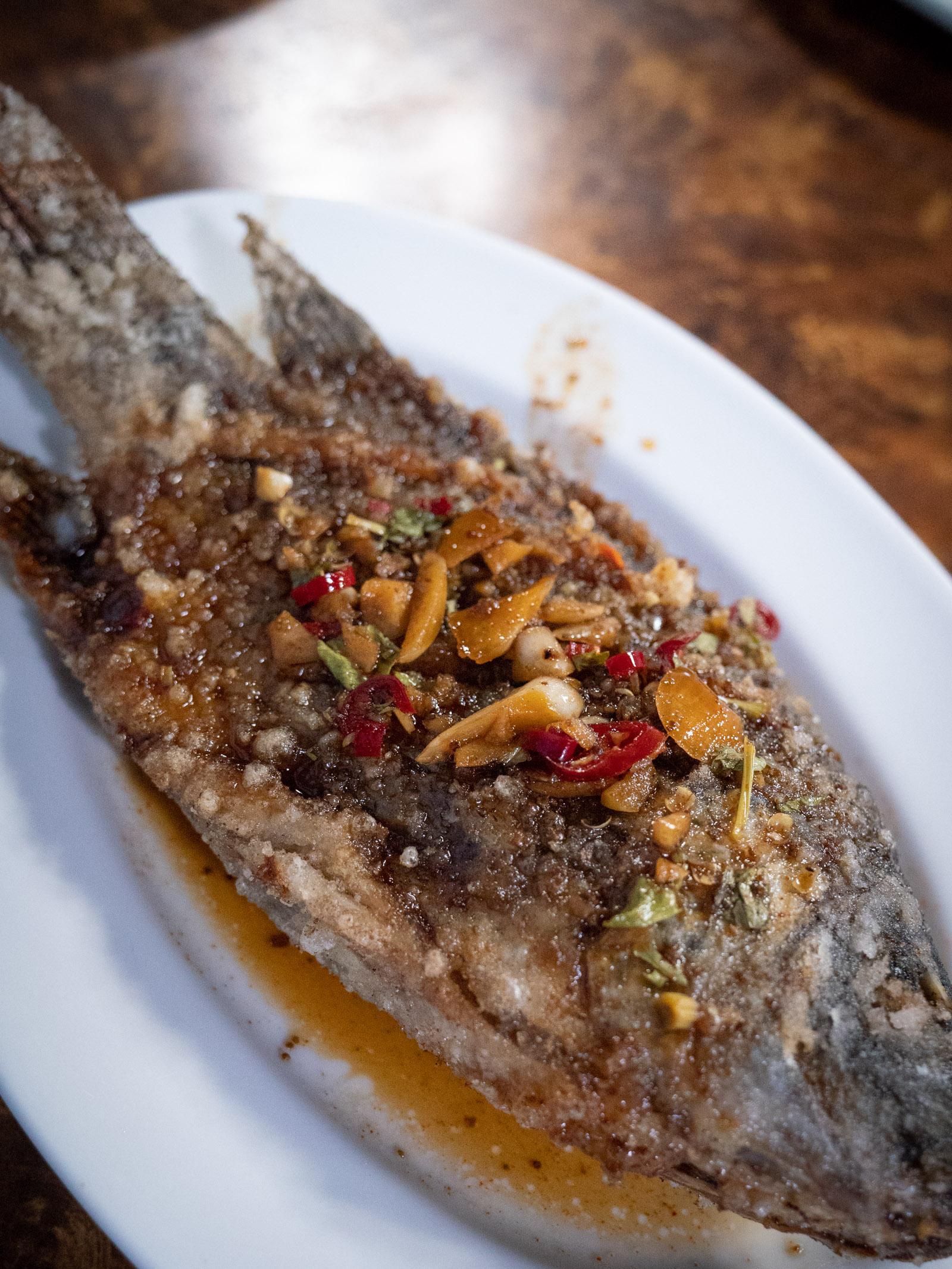 69小館の「美味鮮魚」85元。丸ごと揚げた魚に甘辛いタレが美味
