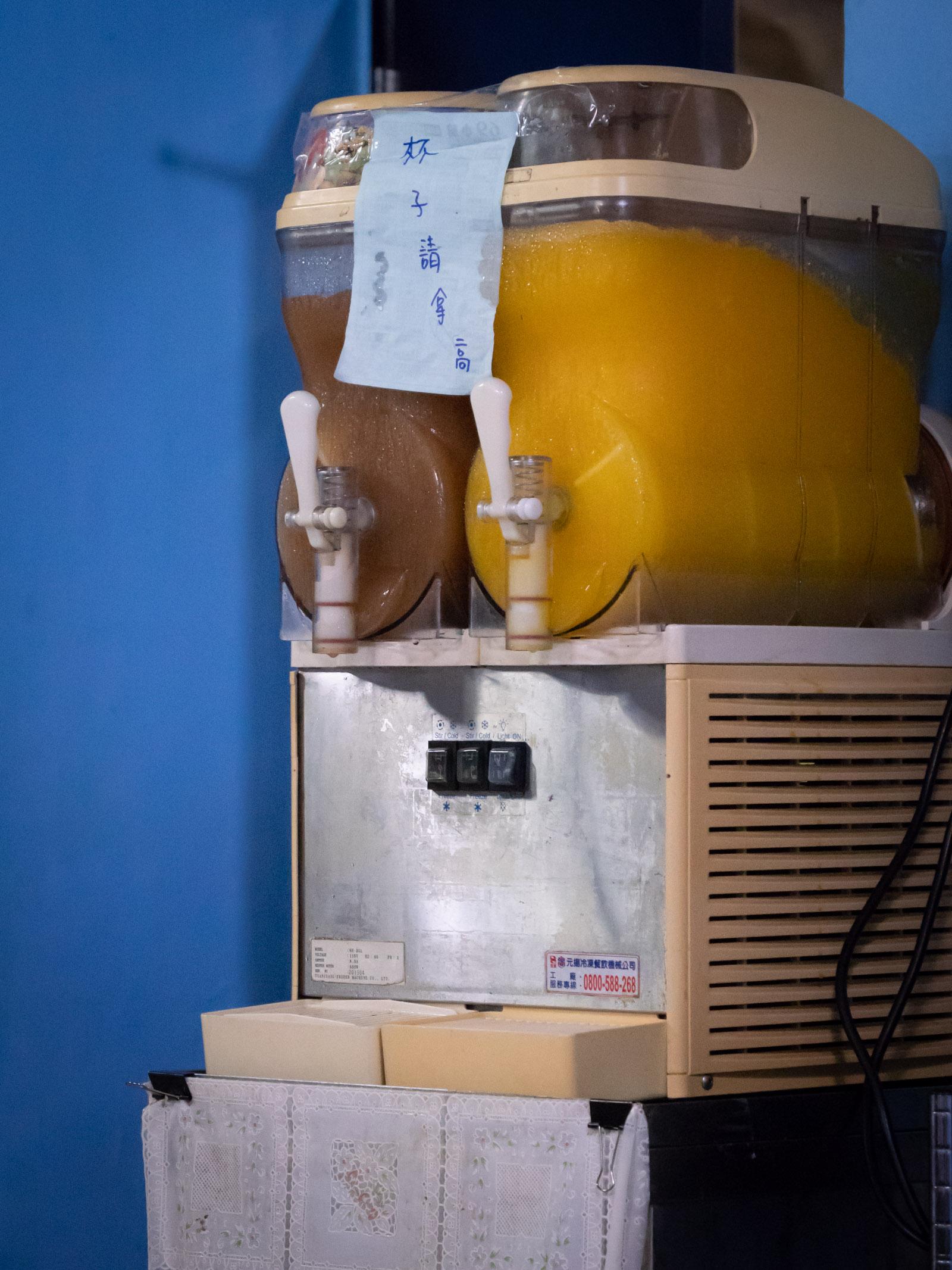 「69小館」備え付けのスムージーとジュースのサーバー