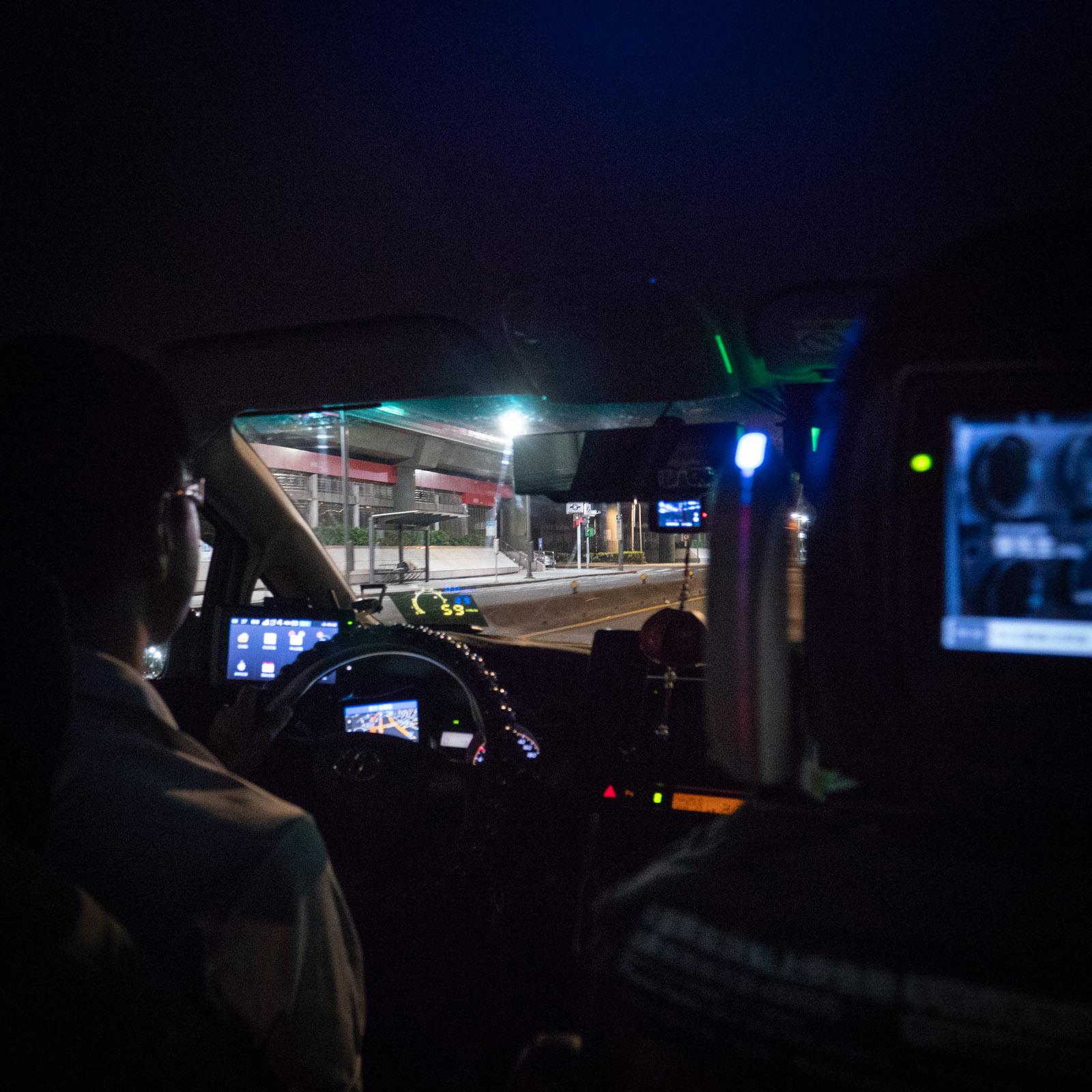 台北駅を目指して走るタクシー車内の前景