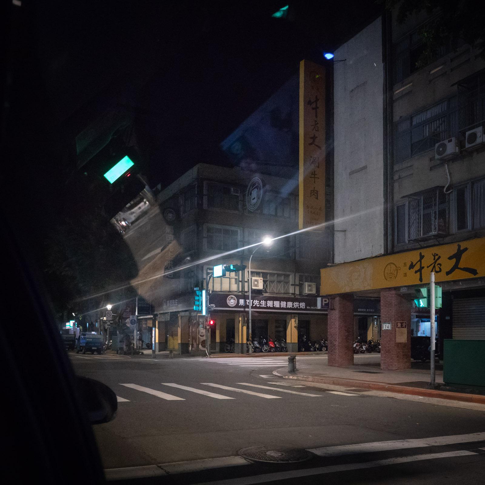 タクシーから眺める夜も明けきらぬ台北の街