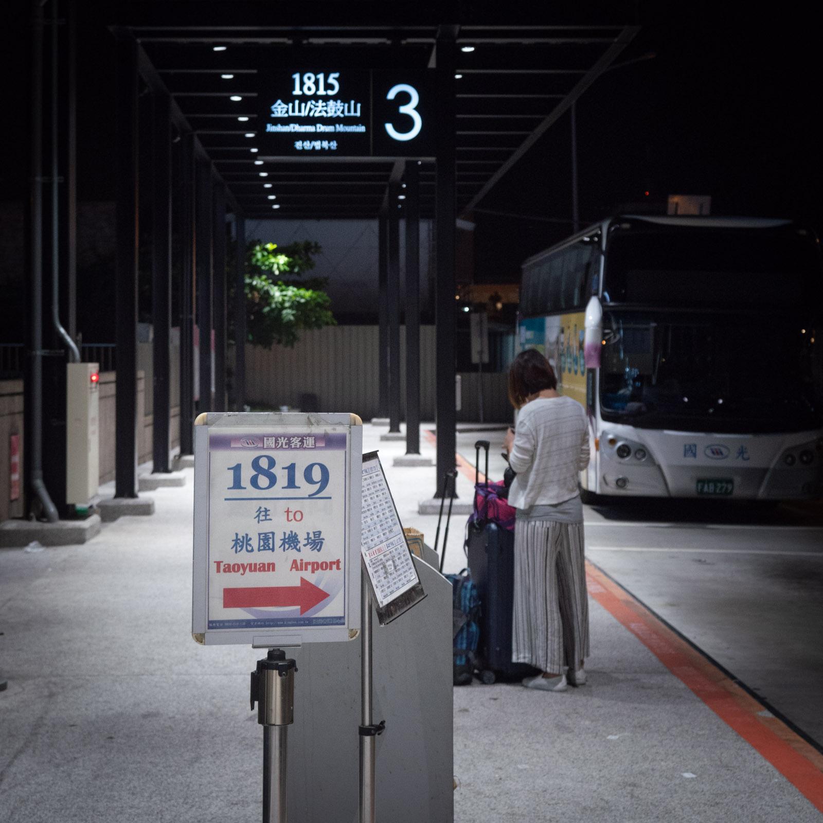 夜も明けきらぬ台北空港シャトルバス乗り場