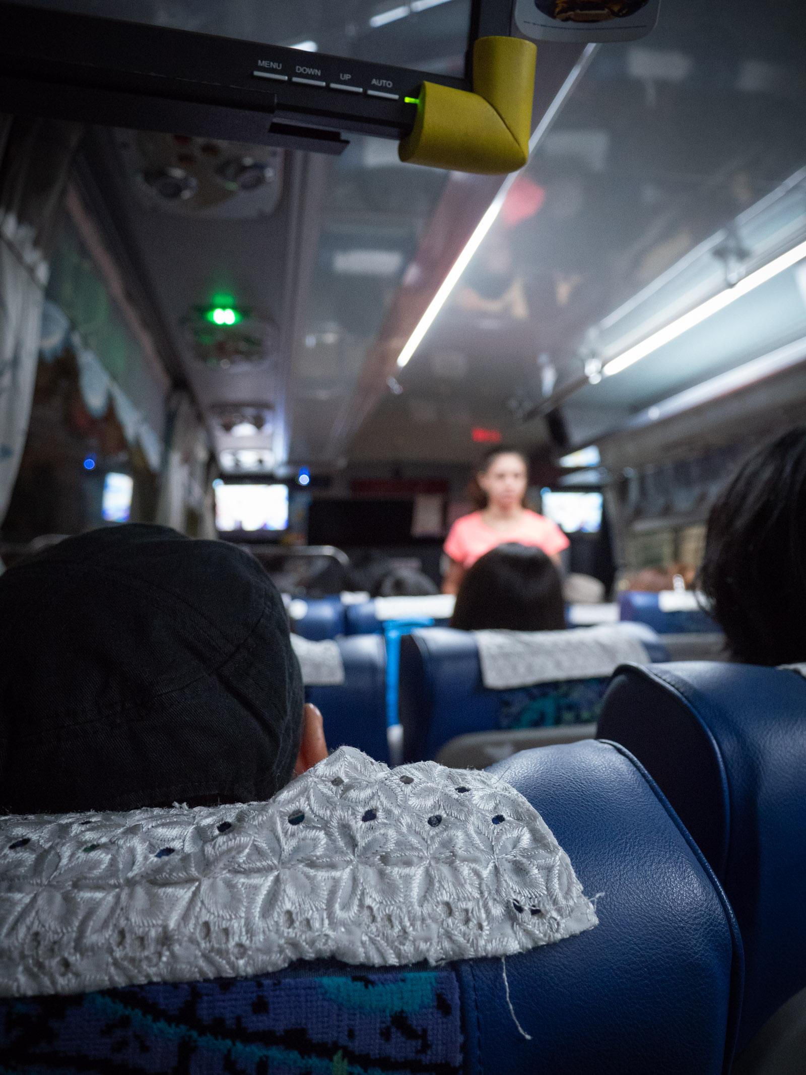台北空港行バス車内後方から前方席にかけての眺め
