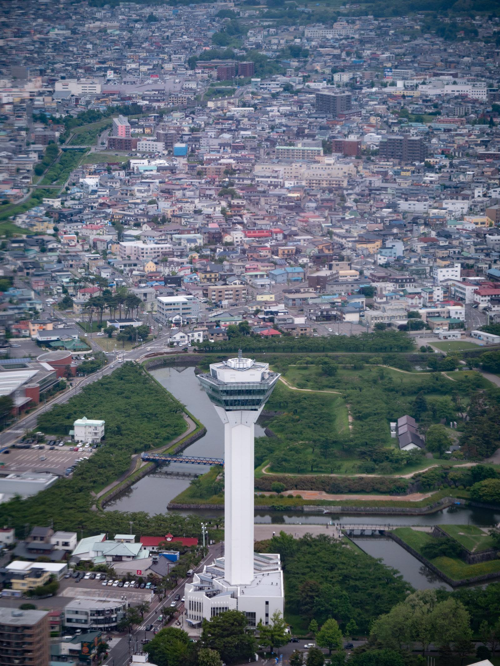 間近の上空から見る五稜郭タワー