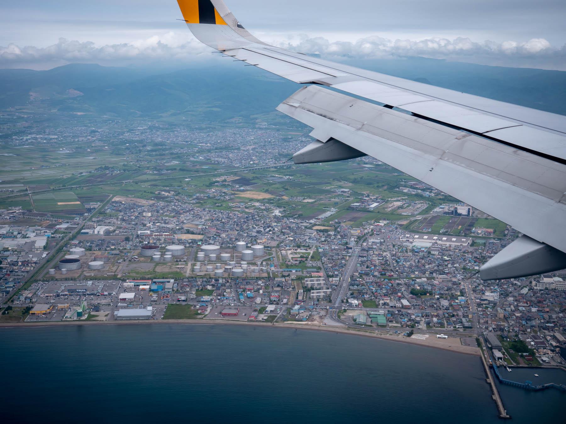 七重浜沖上空をパス