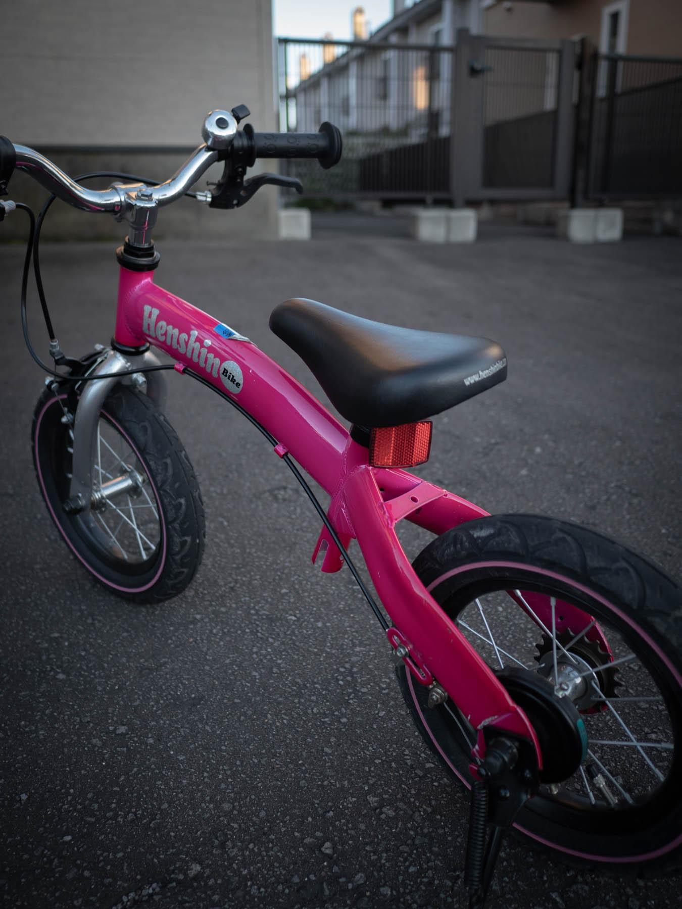 夕暮れ時、玄関先に置きっぱなしのローズピンクの自転車