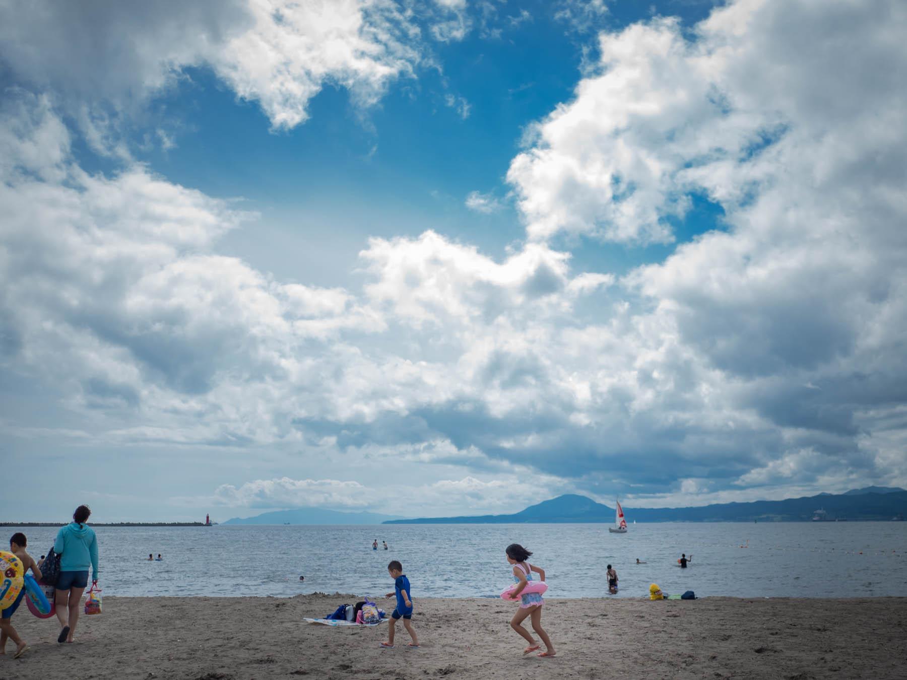 夏空と七重浜海水浴場と戯れる子供たち