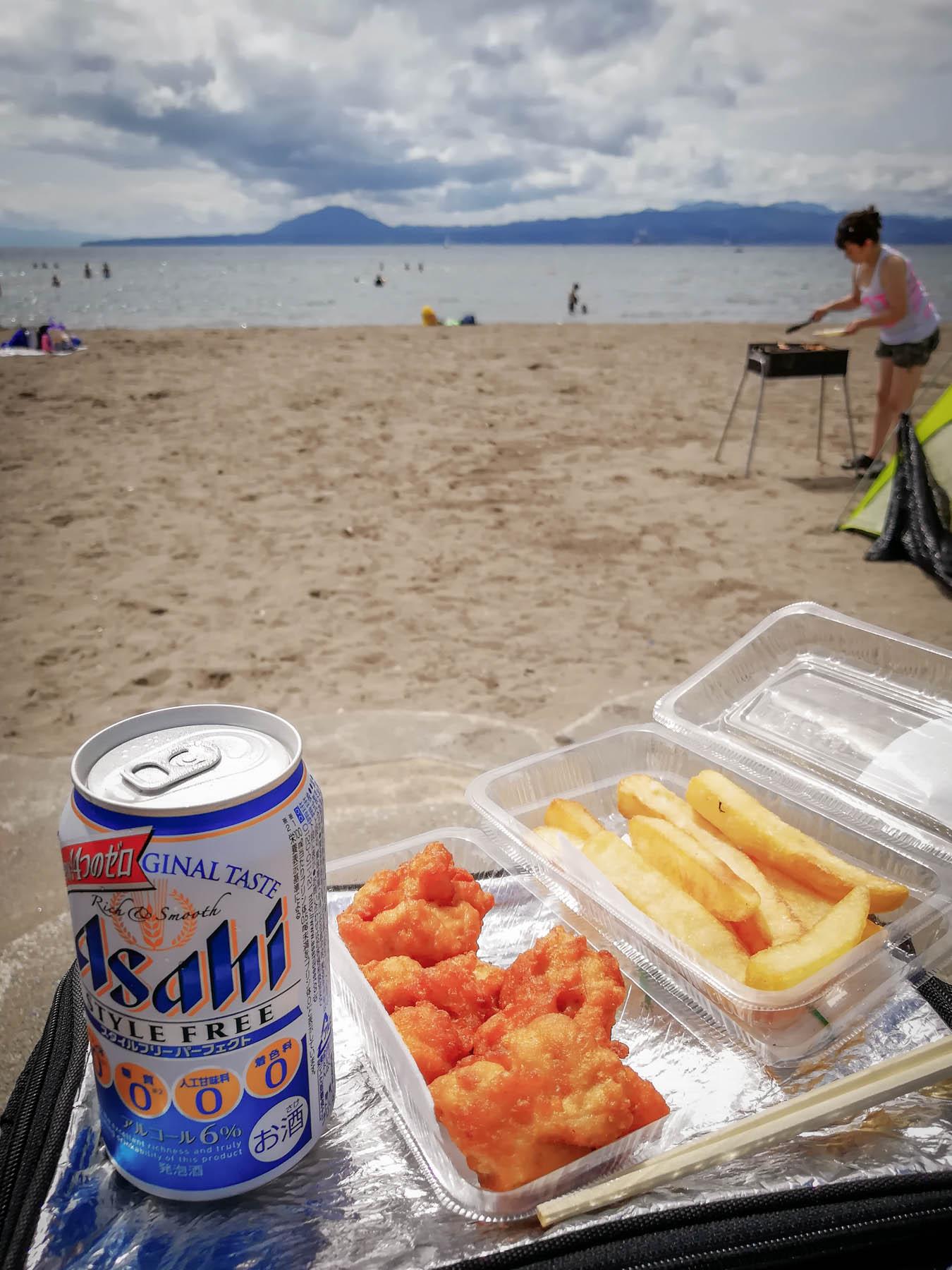 良く冷えたビールと唐揚げとポテトフライと夏の砂浜