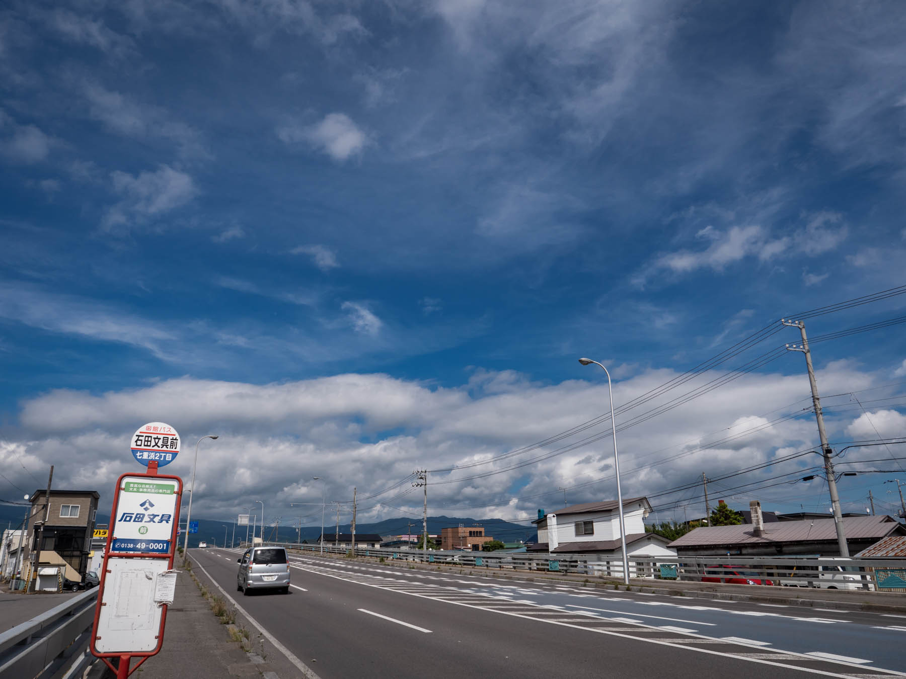 石田文具前バス停と夏の空