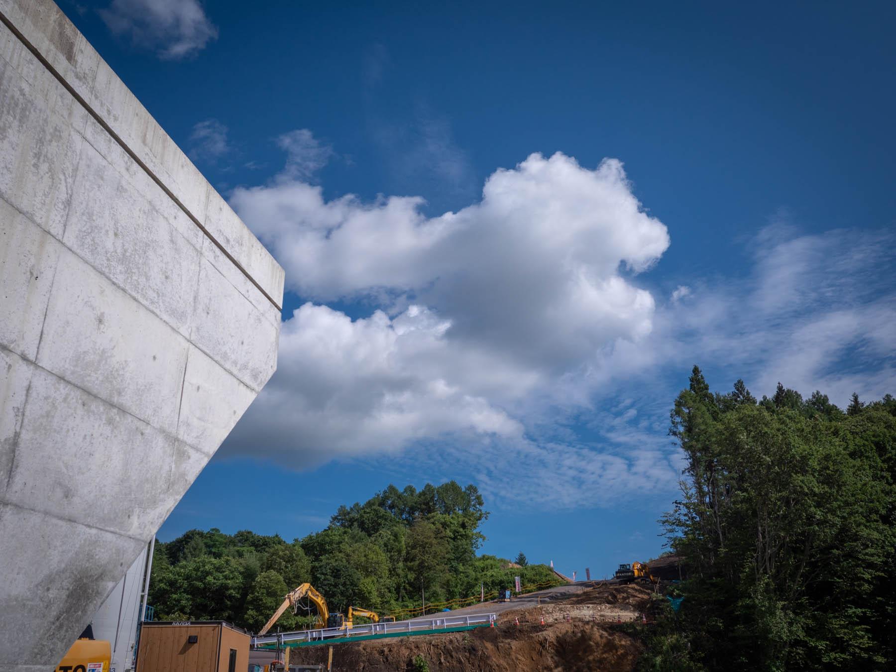 橋脚と青空と函館新環状線の工事現場