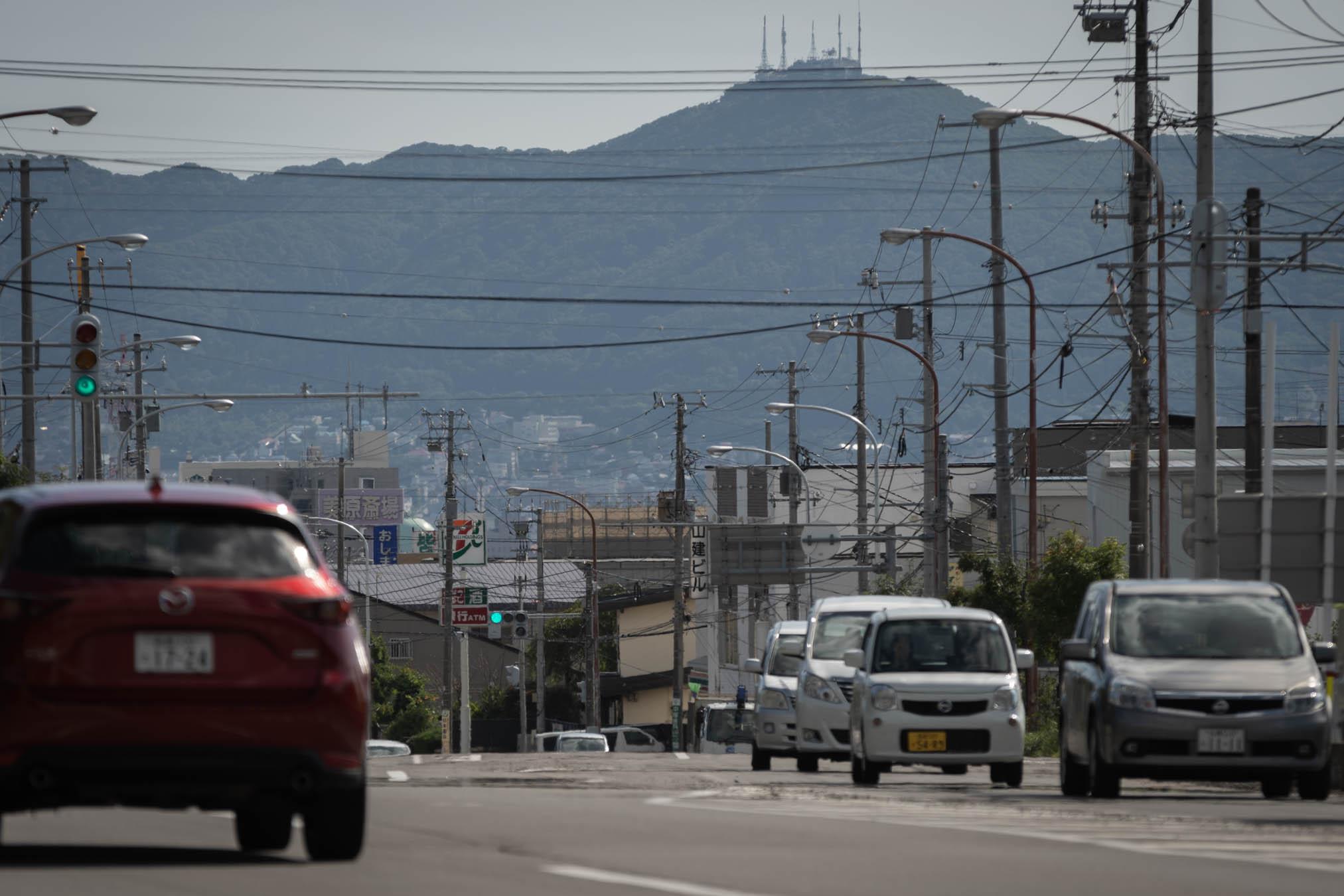 赤川1丁目交差点の風景と遠景の函館山