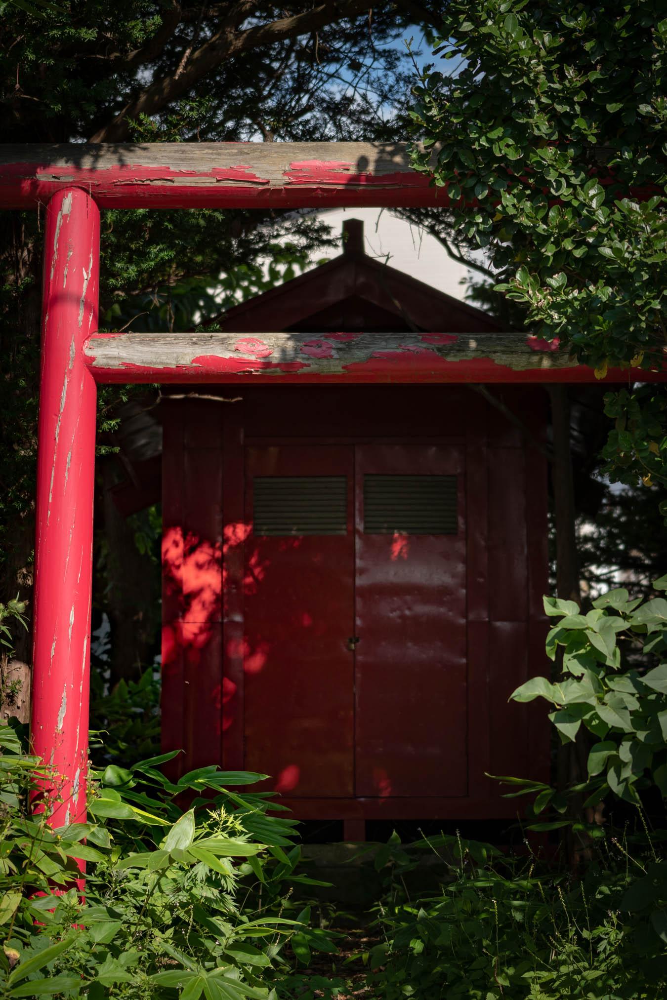 赤川1丁目住宅街の一角にある鳥居と祠