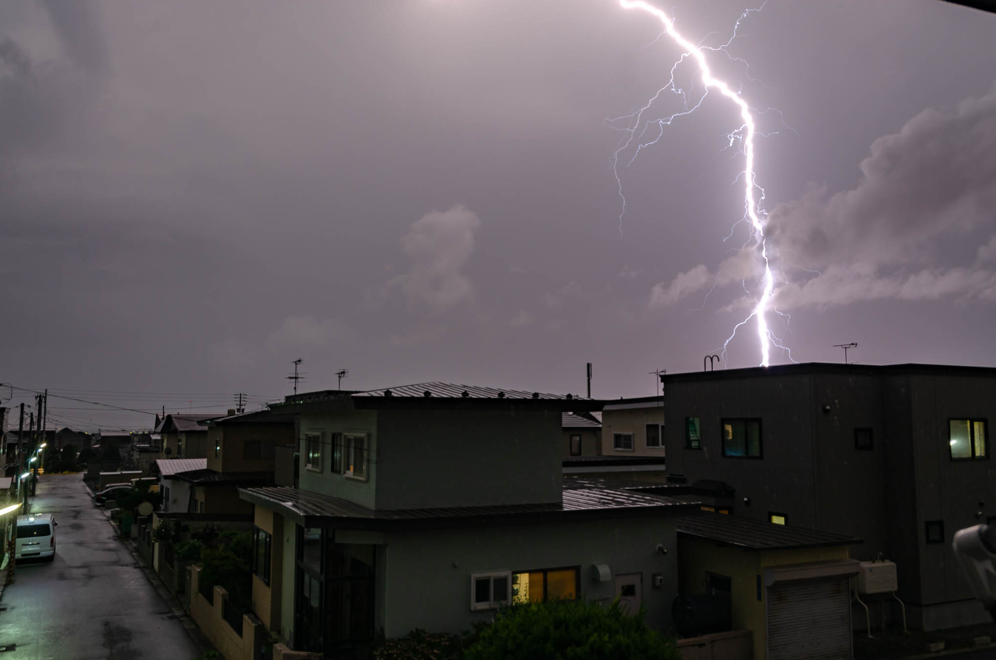 雷光に照らされる街と稲妻