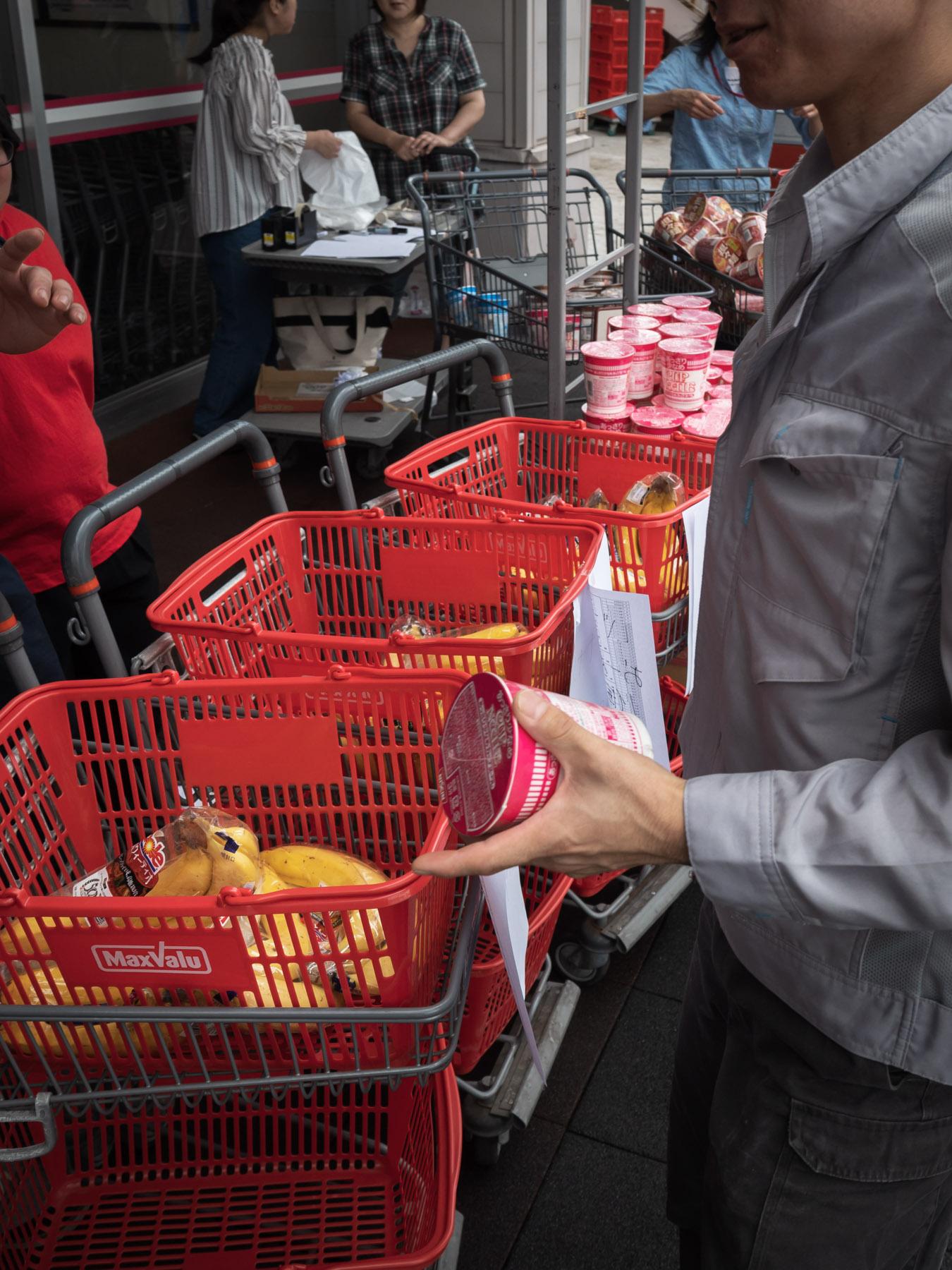 カップ麺を購入する男性