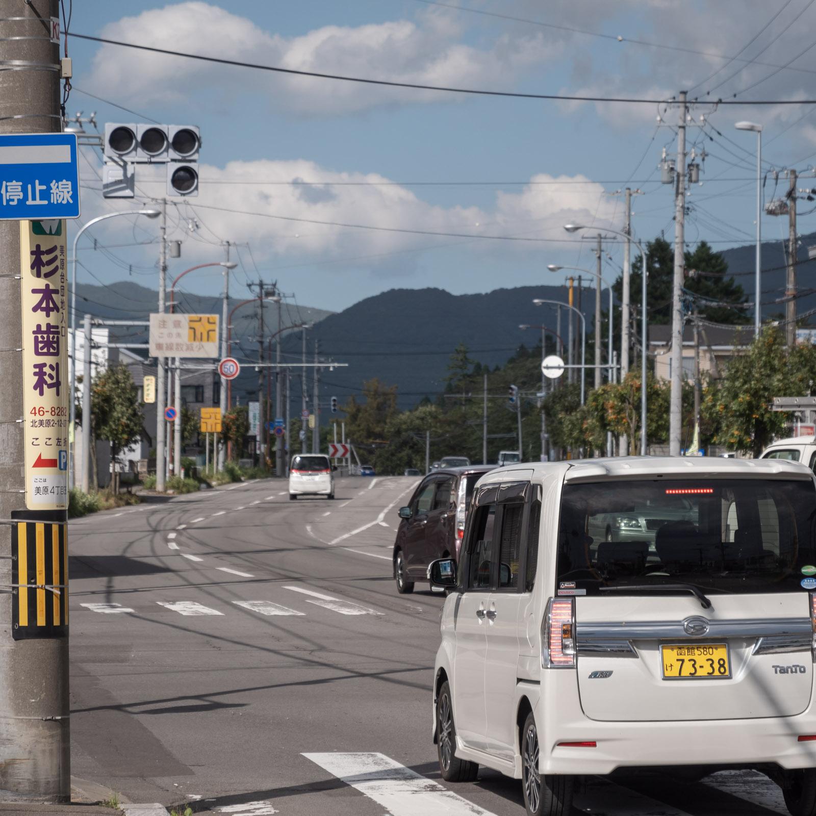 14時25分山建ビル前の交差点 消灯したままの信号機