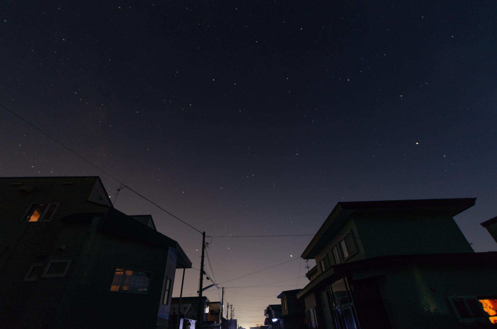 街明かりのない夜空にきらめく星