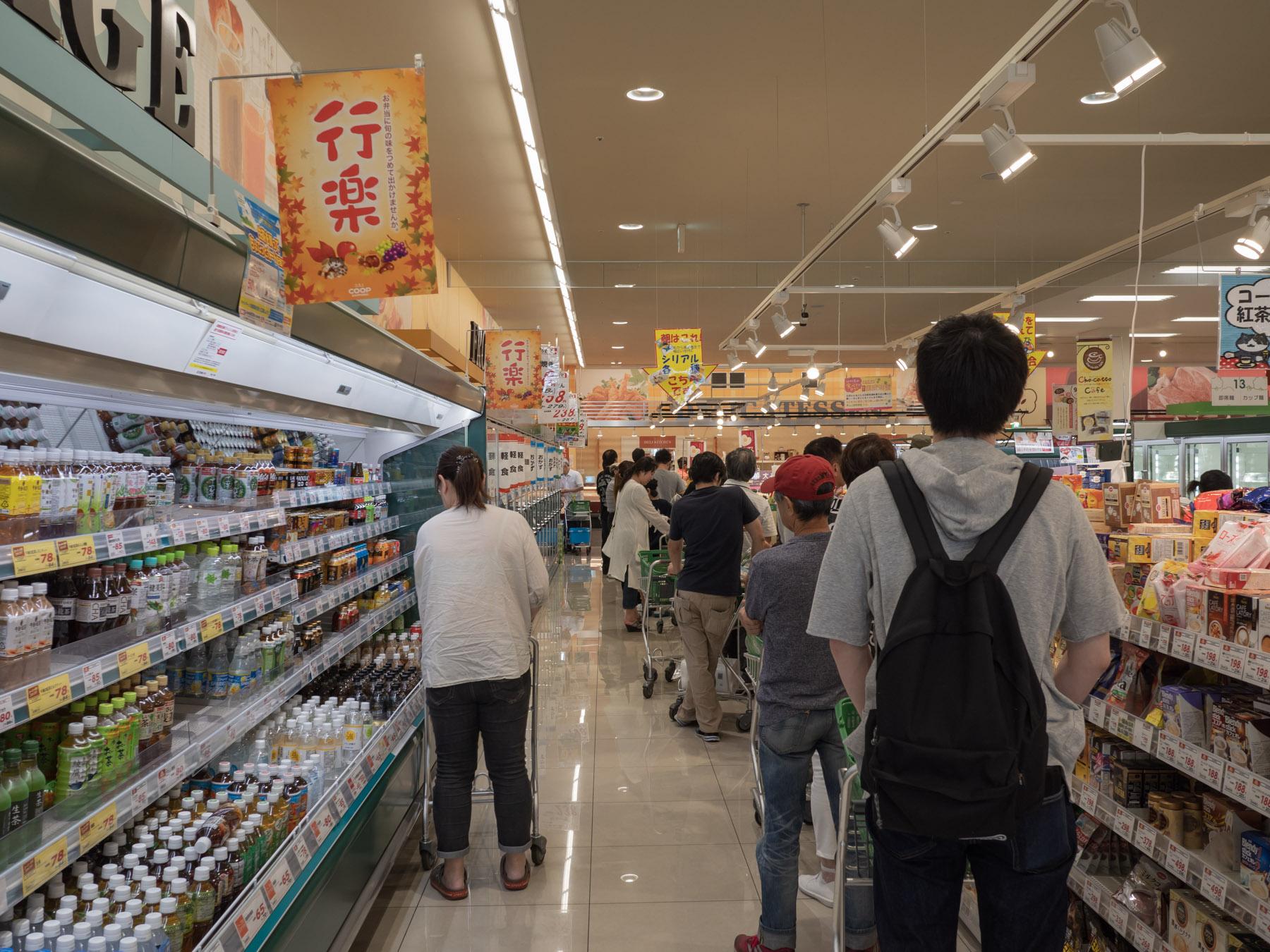 コープさっぽろ石川店 牛乳の品出し待ちの行列