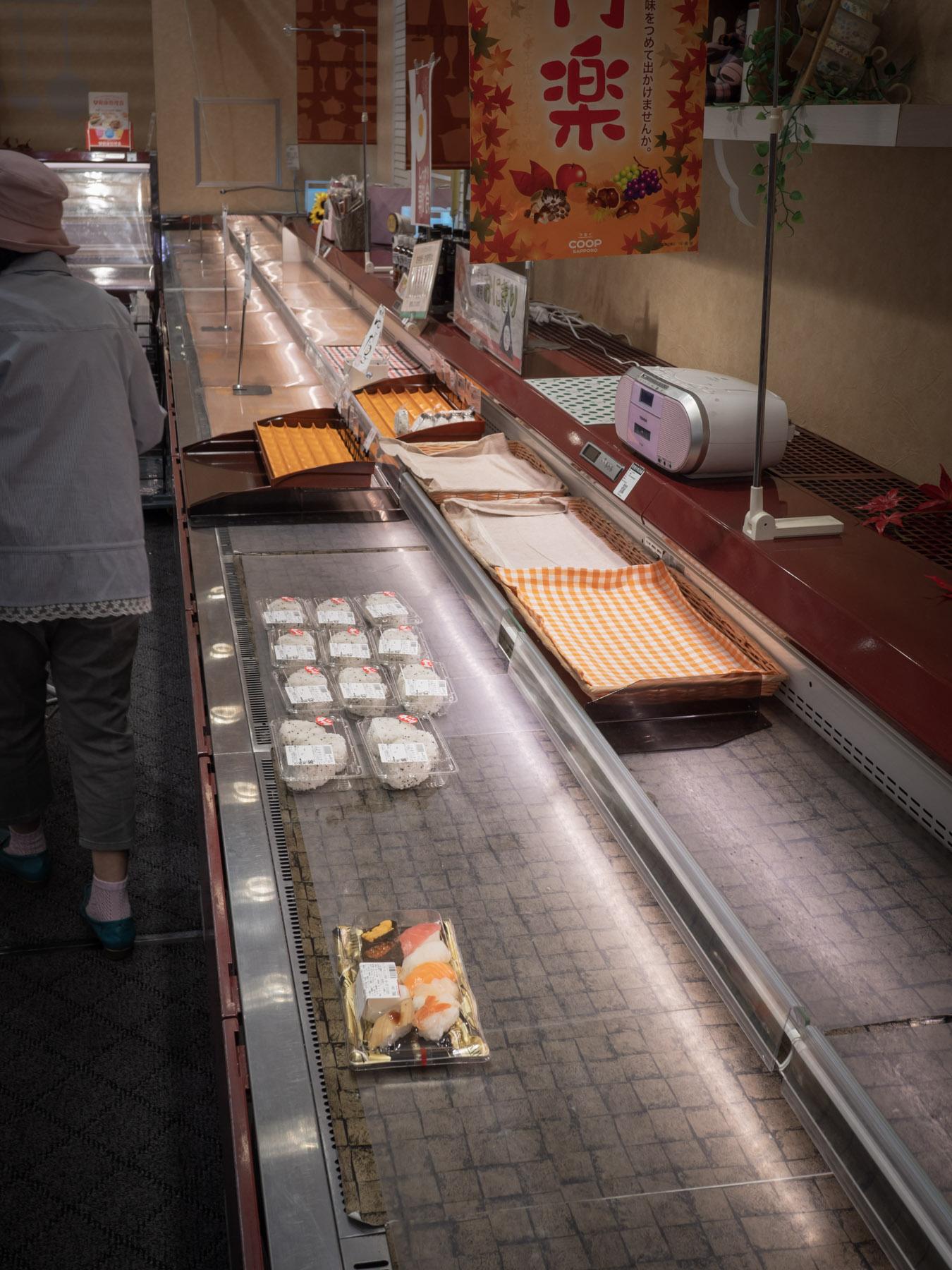 コープさっぽろ石川店の惣菜コーナーにひとつだけ残った握り寿司のパック