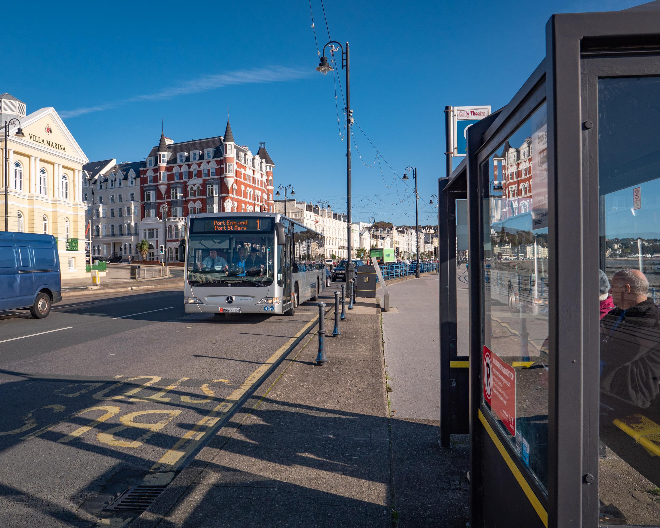 ヴィラ・マリア前バス亭に到着間近の1系統ポート・エリン行きのバス DMC-GX8 + LEICA DG 12-60mm