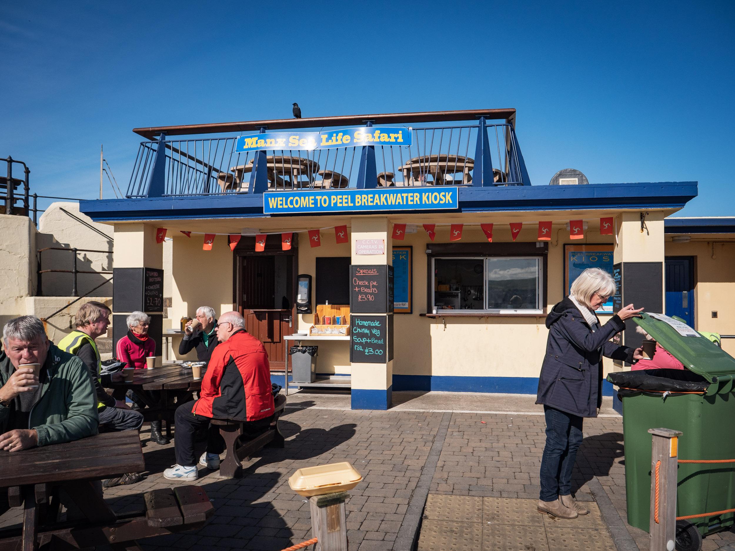 多くのバイカーで賑わうピール港外れの Breakwater Pier Cafe DMC-GX8 + LEICA DG 12-60mm