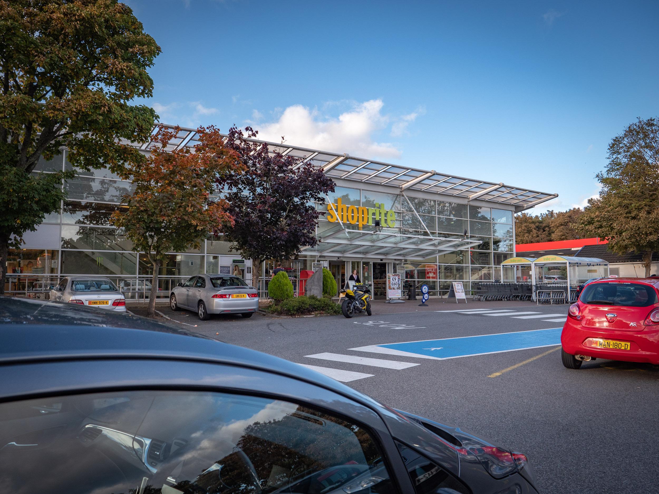 駐車場から見たShopriteの店舗 DMC-GX8 + LEICA DG 12-60mm