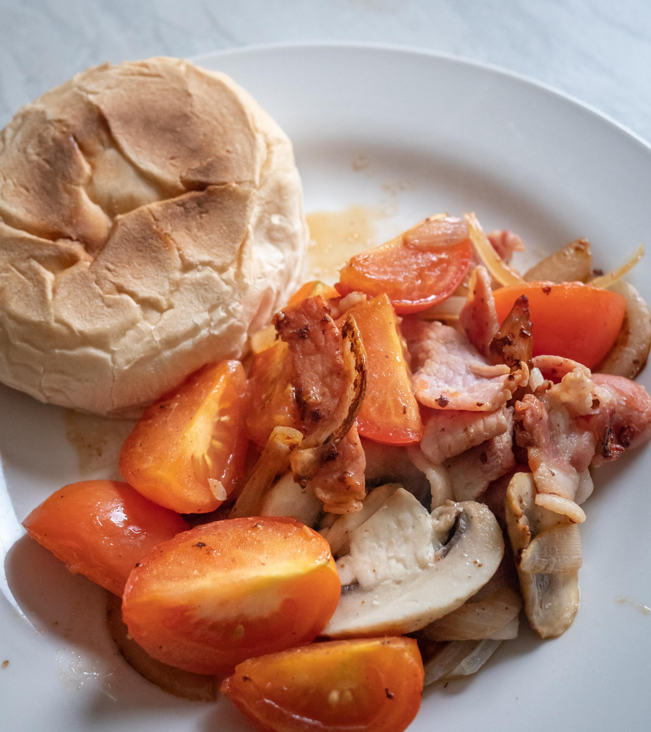 トマト、ソーセージ、ベーコン、マッシュルーム、玉ねぎをオリーブオイルで炒め、塩で味付けしたシンプルな一品とマフィン DMC-GX8 + LEICA DG 12-60mm