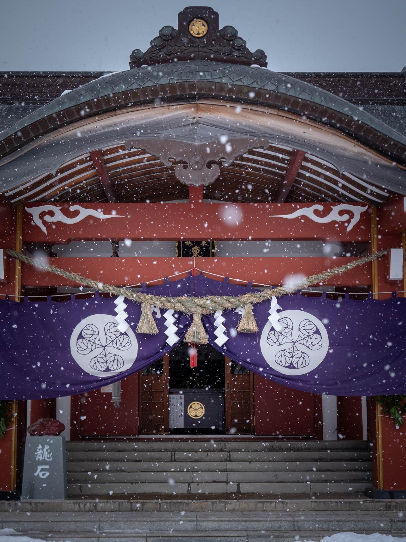 雪の舞う北海道東照宮の本殿  撮影:DMC-GX8 + LEICA DG 12-60mm